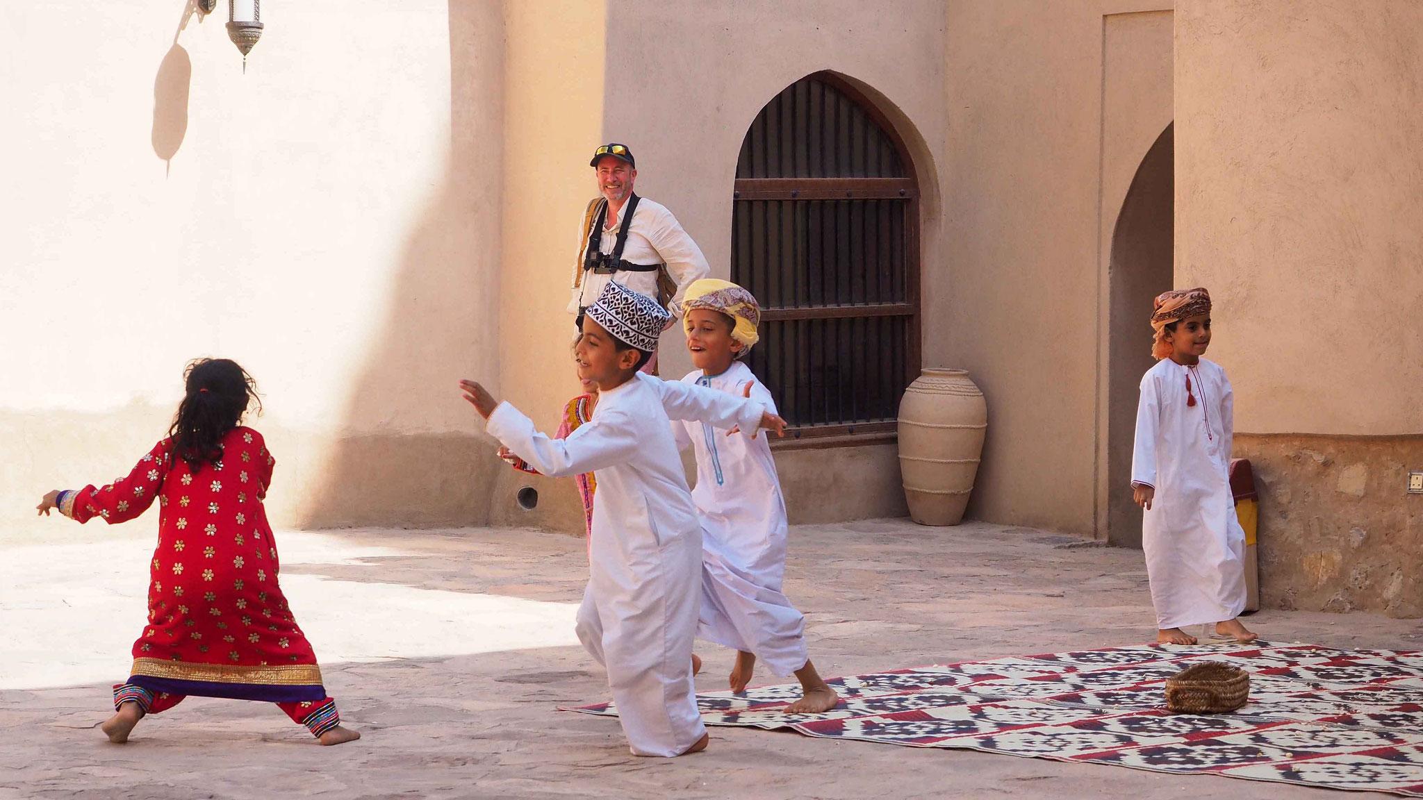 Enfants jouant à Nizwa - Oman
