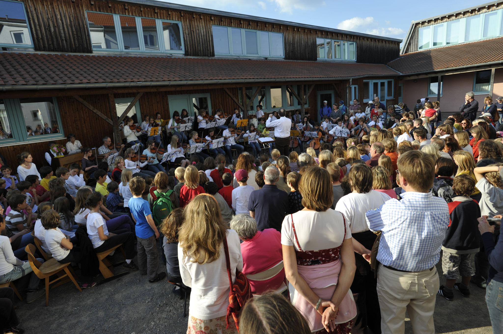 Freiluft-Aufführung des Schulorchesters