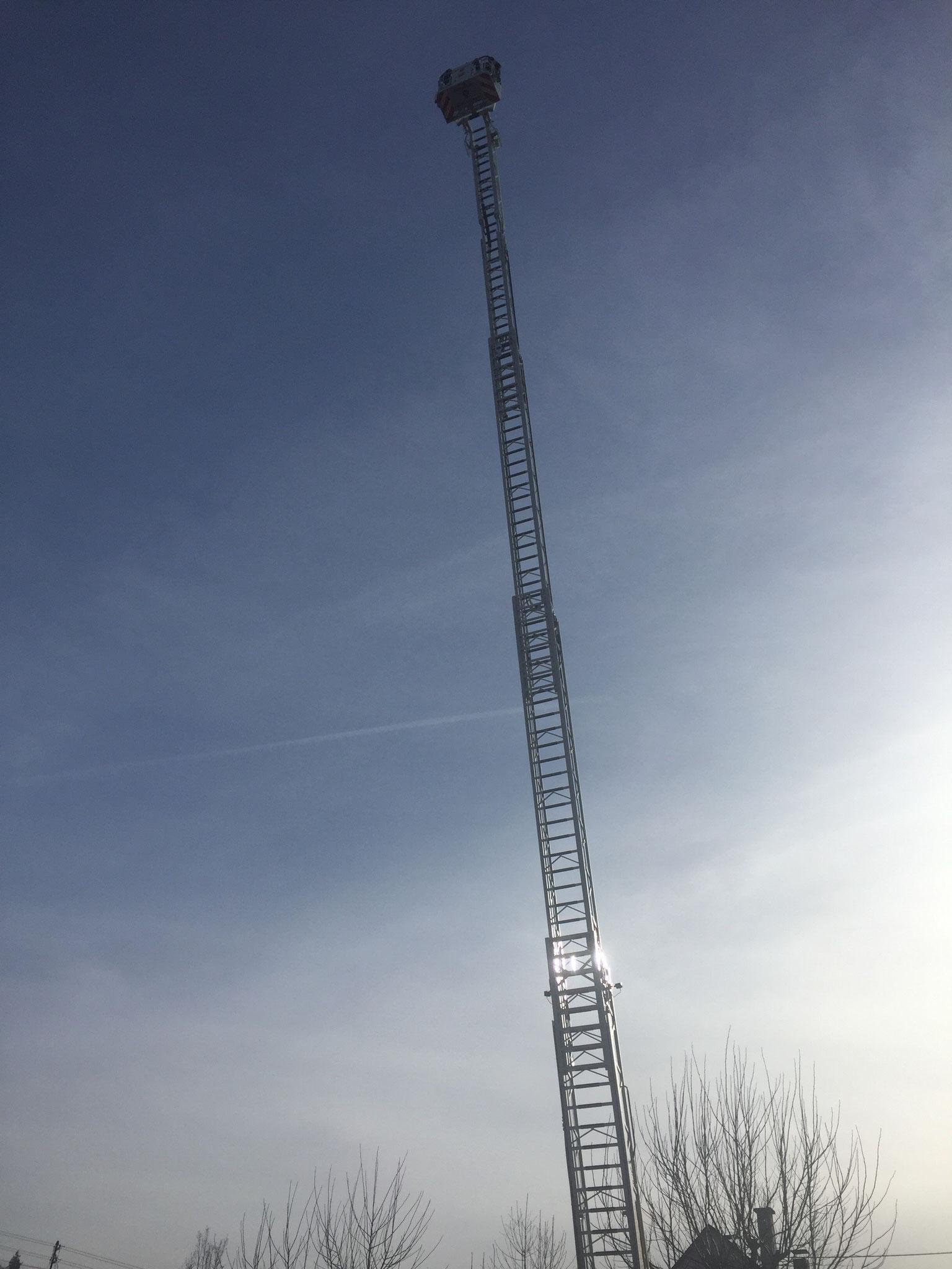 Die Drehleiter der Bopparder Feuerwehr ganz ausgefahren.