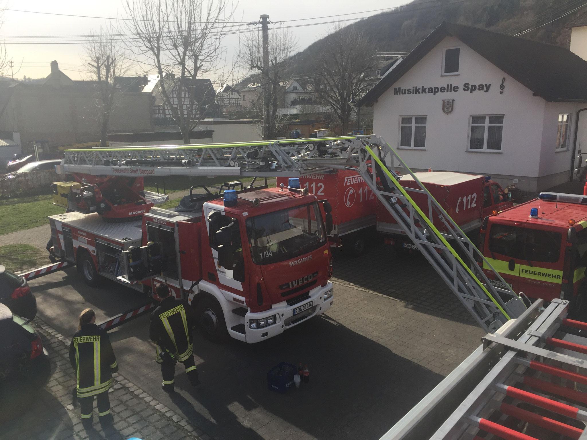 Die Drehleiter der Bopparder Feuerwehr im Einstiegsmodus.