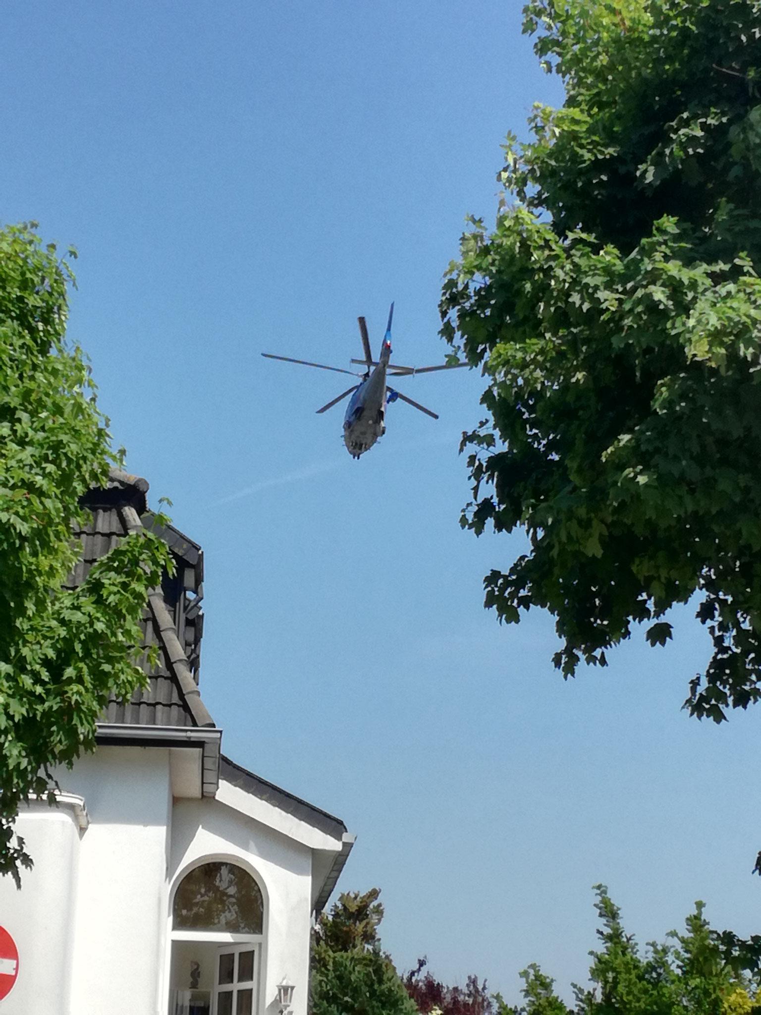 Mit diesem Hubschrauber wurde unser Besitzer auf das Fest Land gebracht.