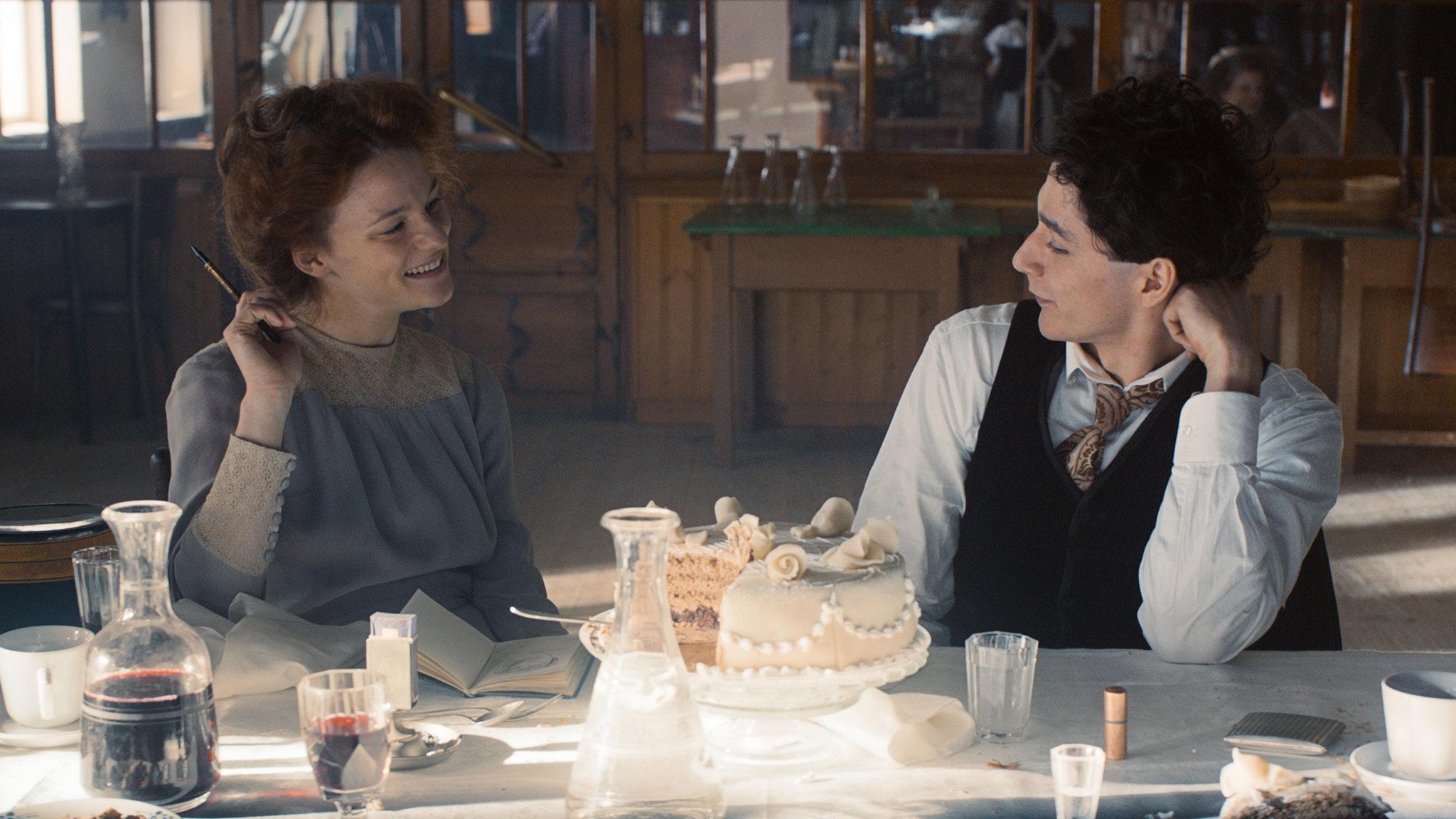 Filmstill EGON SCHIELE mit Valerie Pachner und Noah Saavreda