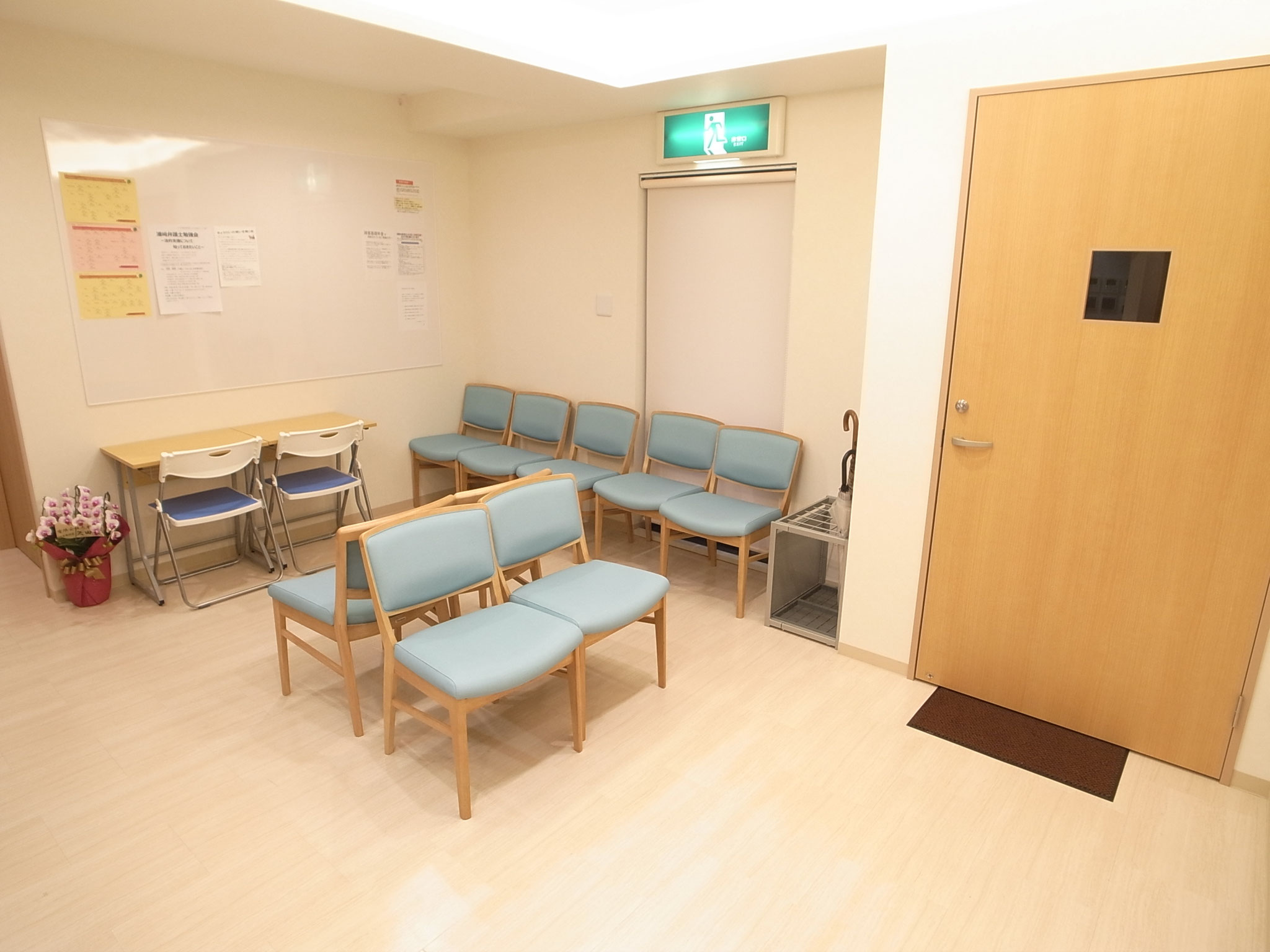 待合室(個別に座れるよう、個別の机と椅子もご用意しています)