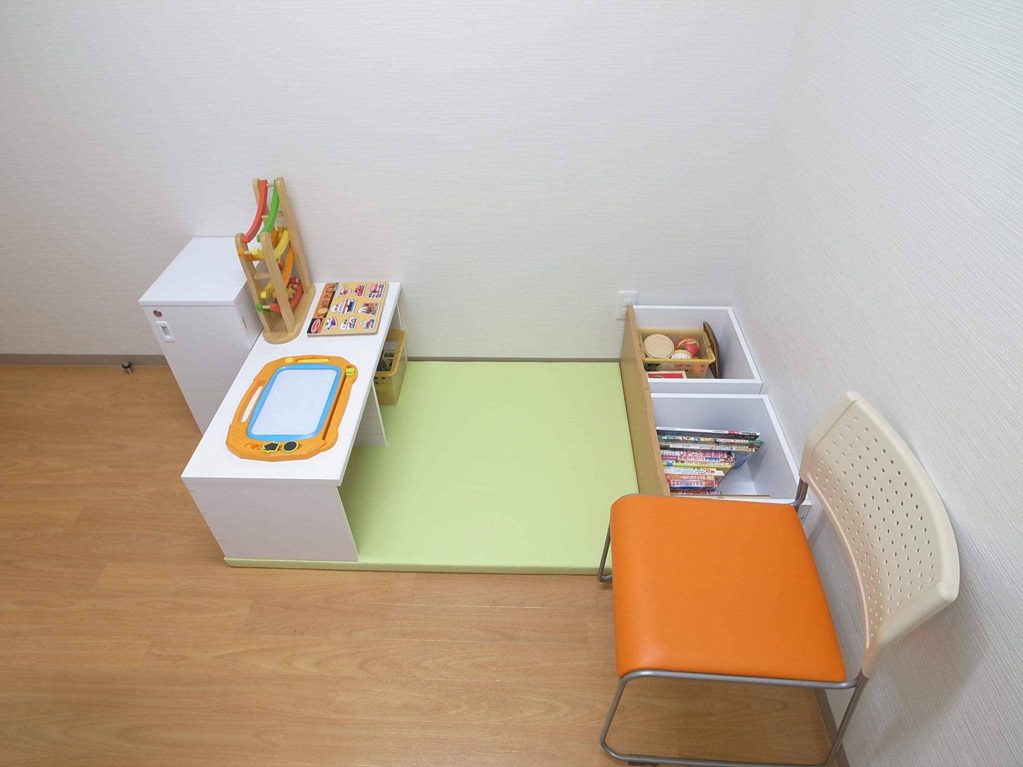 診察室1(プレイエリアはマットと玩具を用意しています)