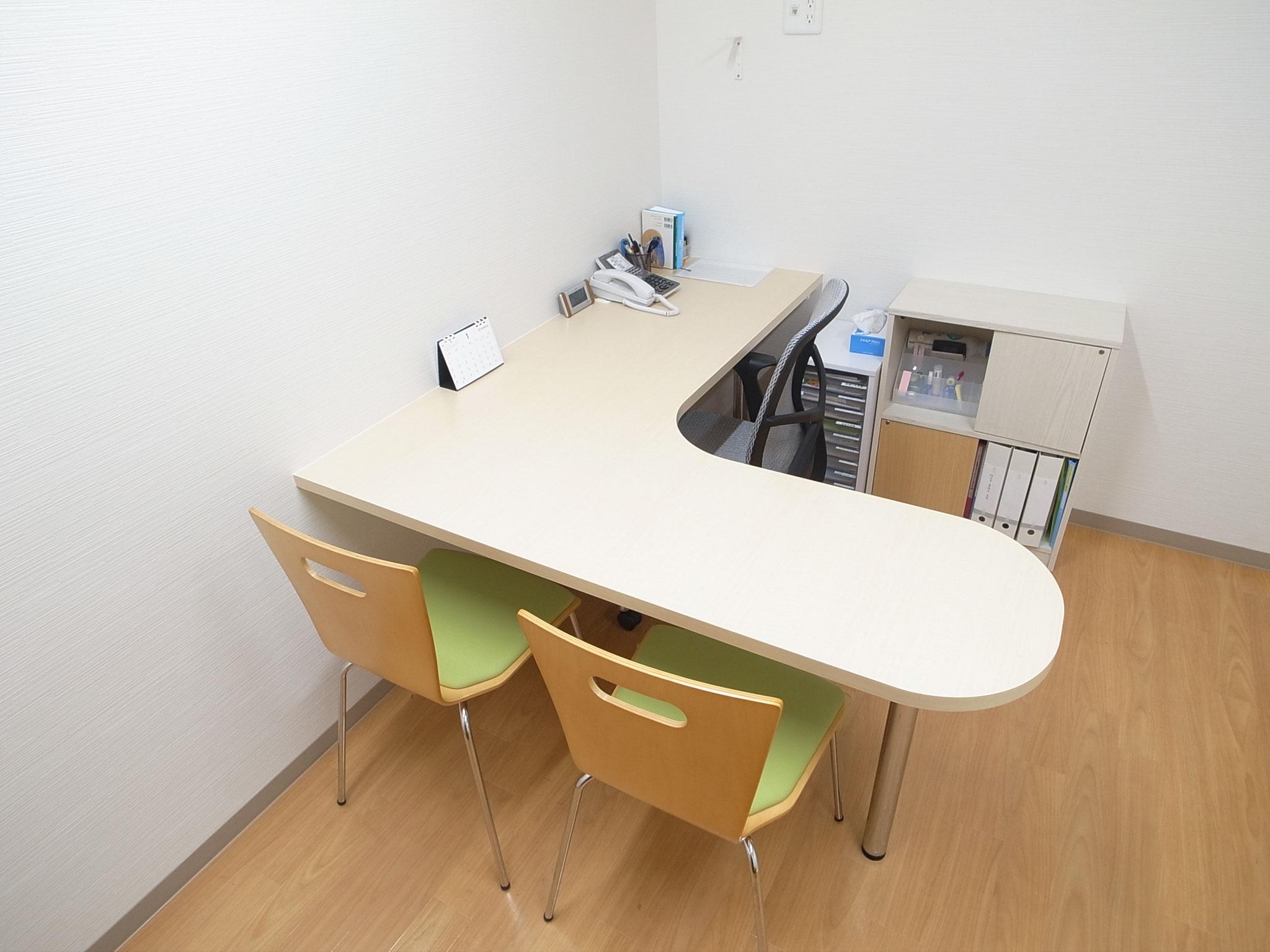 診察室1(相談スペースはL字の机で、相談しやすい雰囲気になっています)