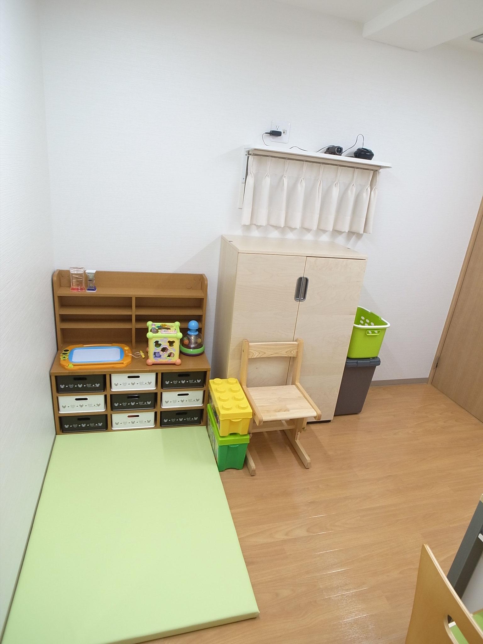 診察室2(プレイエリアはマットと玩具を用意しています)