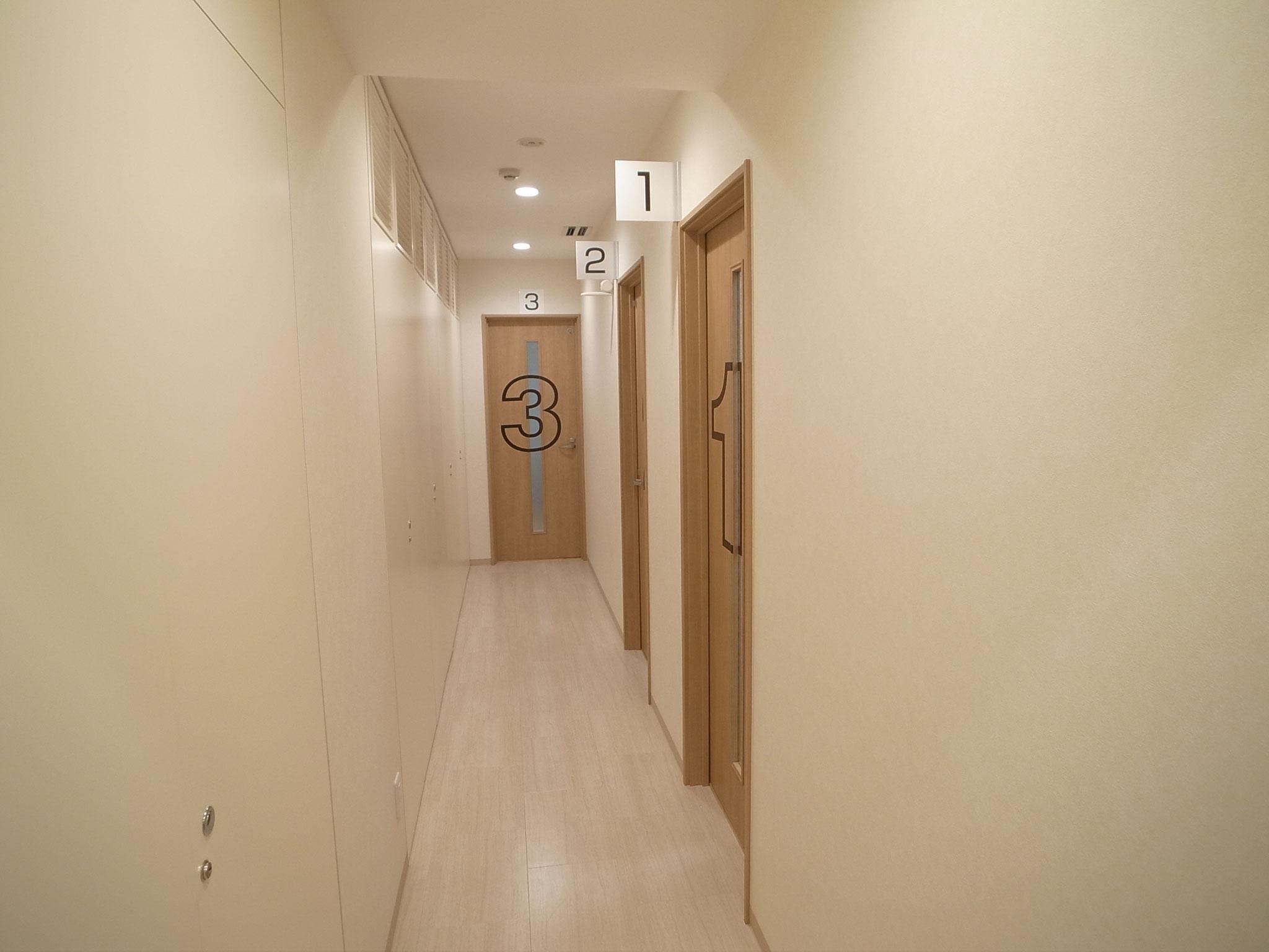 廊下(診察室の番号が見えるようになっています)