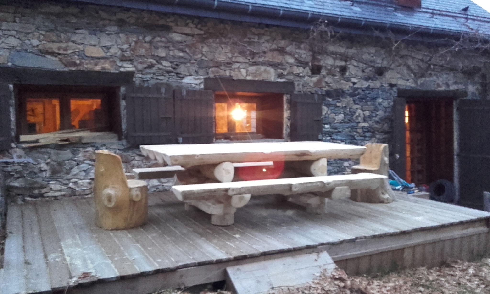 Nouvelle terrasse avec grande table en rondins