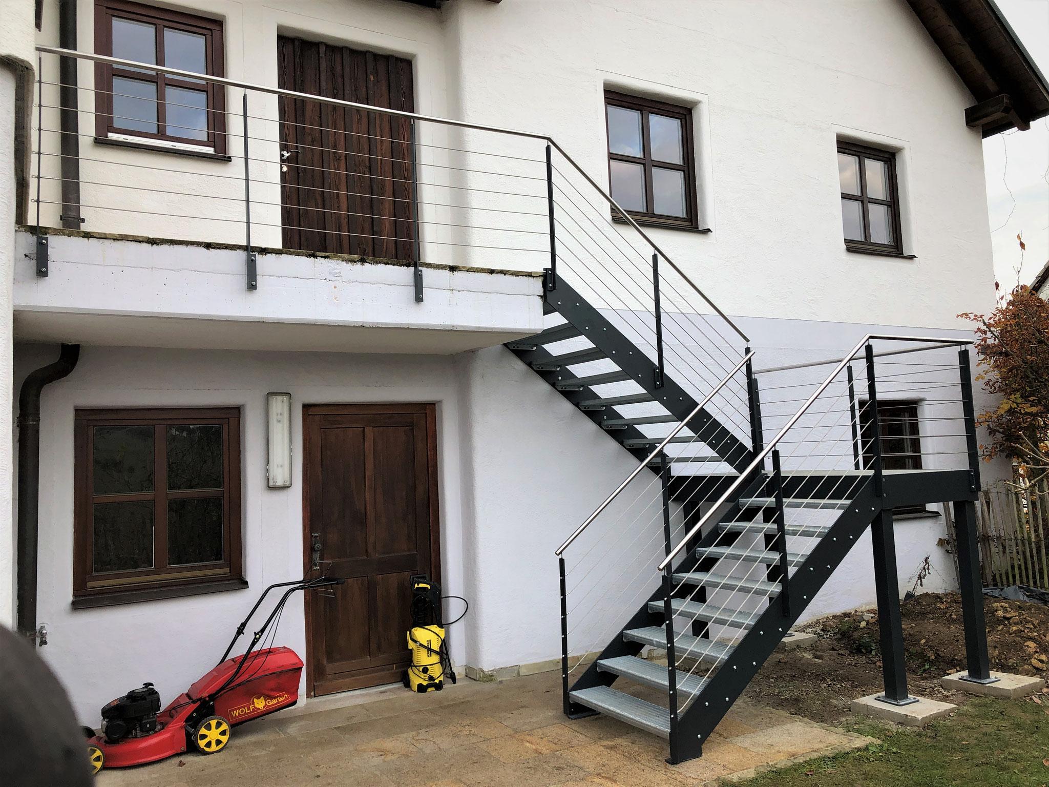 Treppe Pulverbeschichtet mit Drahtseilgeländer