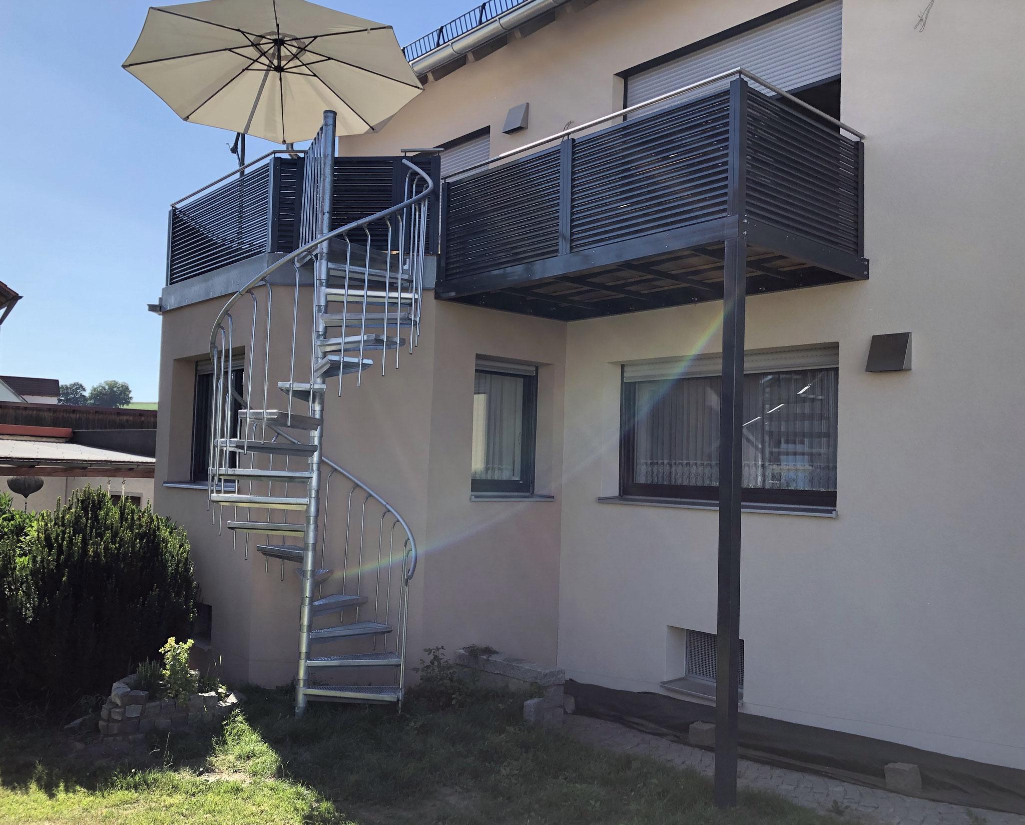 Balkonerweiterung mit Geländer, Wendeltreppe und Türe