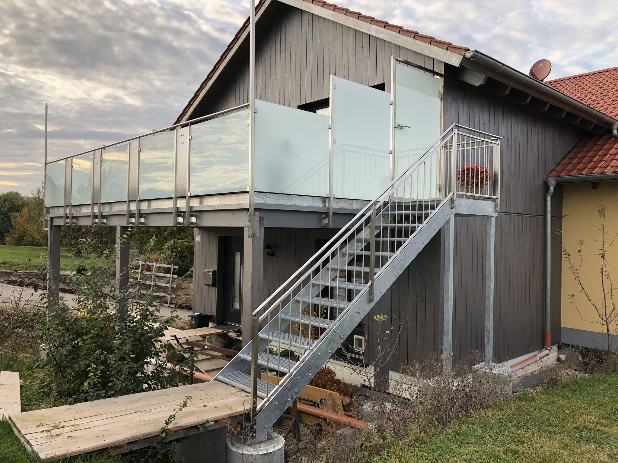 Balkongeländer, Treppe und Türe