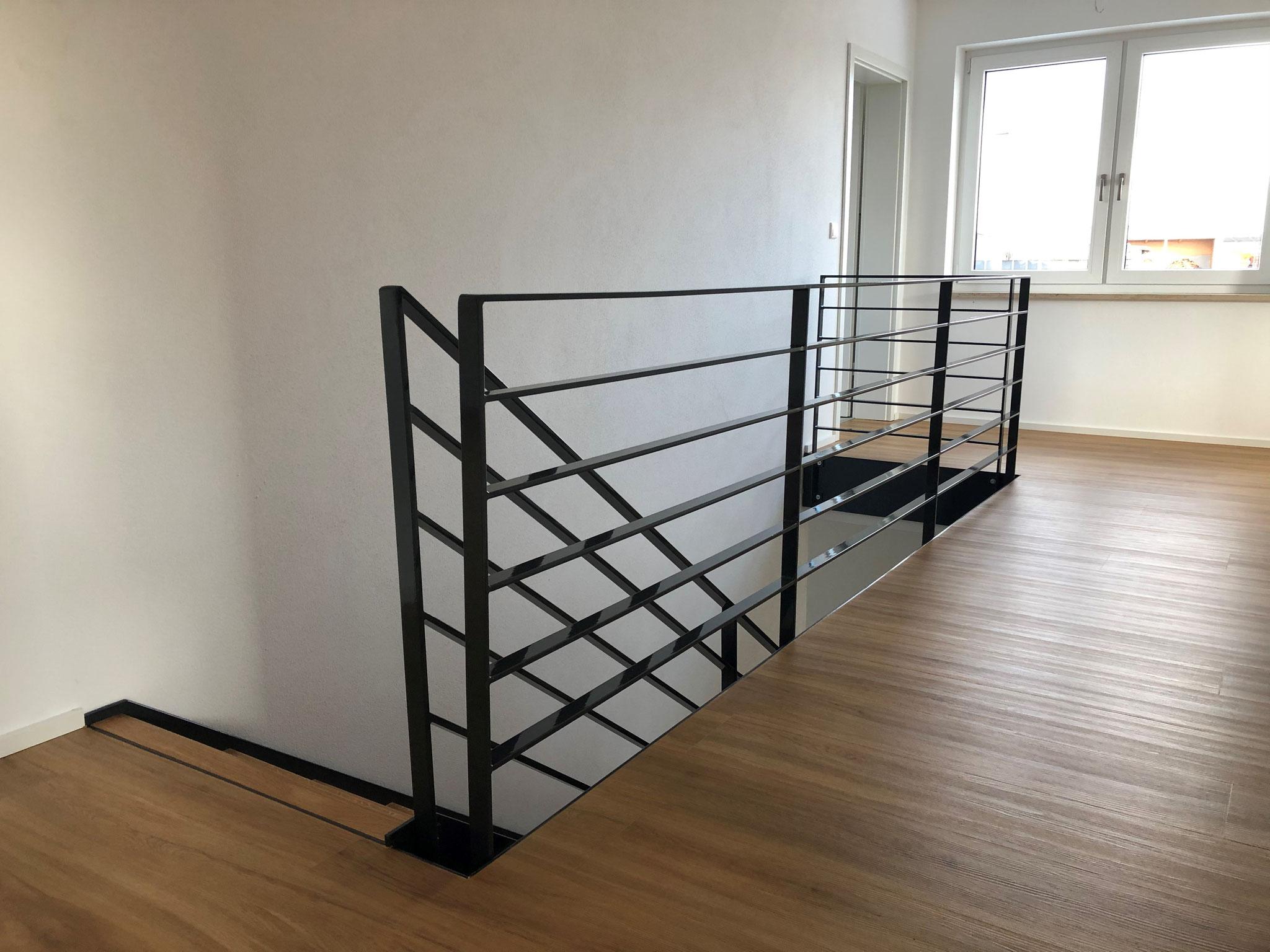 Treppengeländer mit Wangen verzinkt und gepulvert