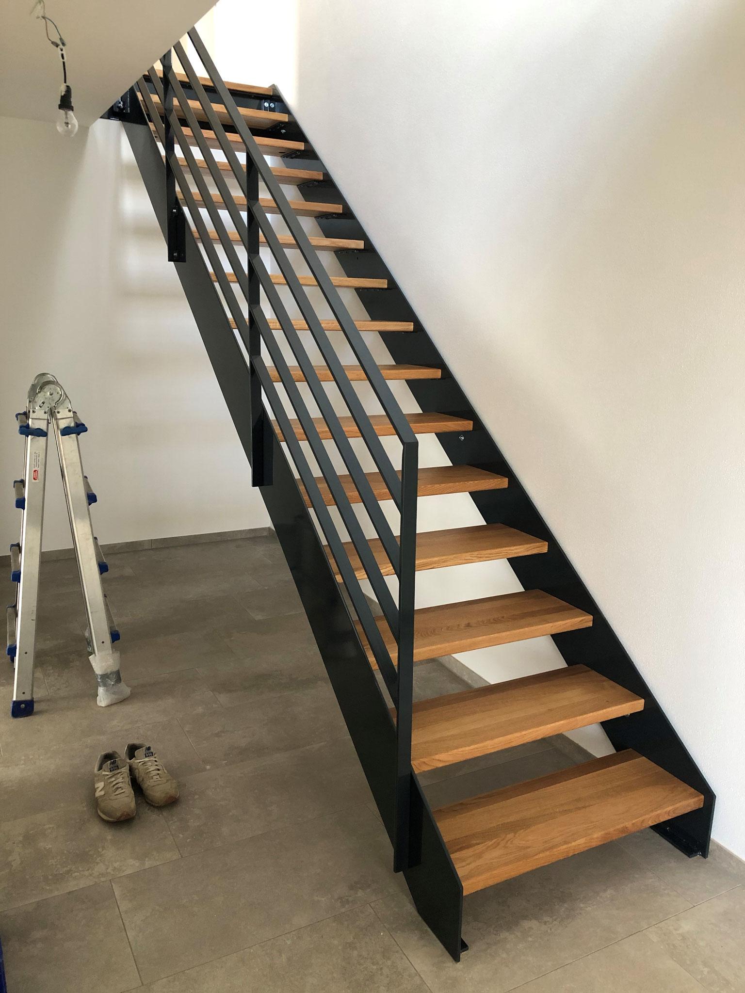 Treppe verzinkt und gepulvert mit Holzstufen