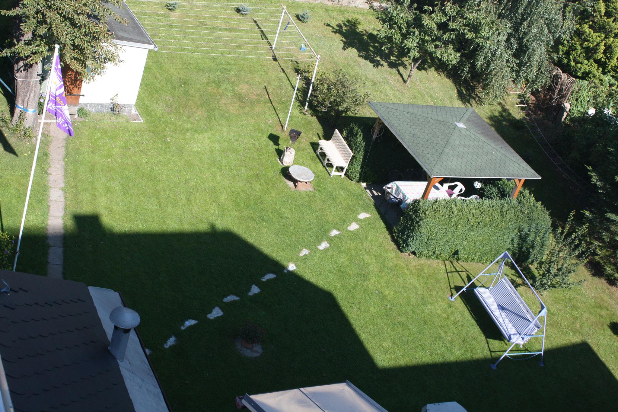 Unser Garten mit Pavillon und Grill
