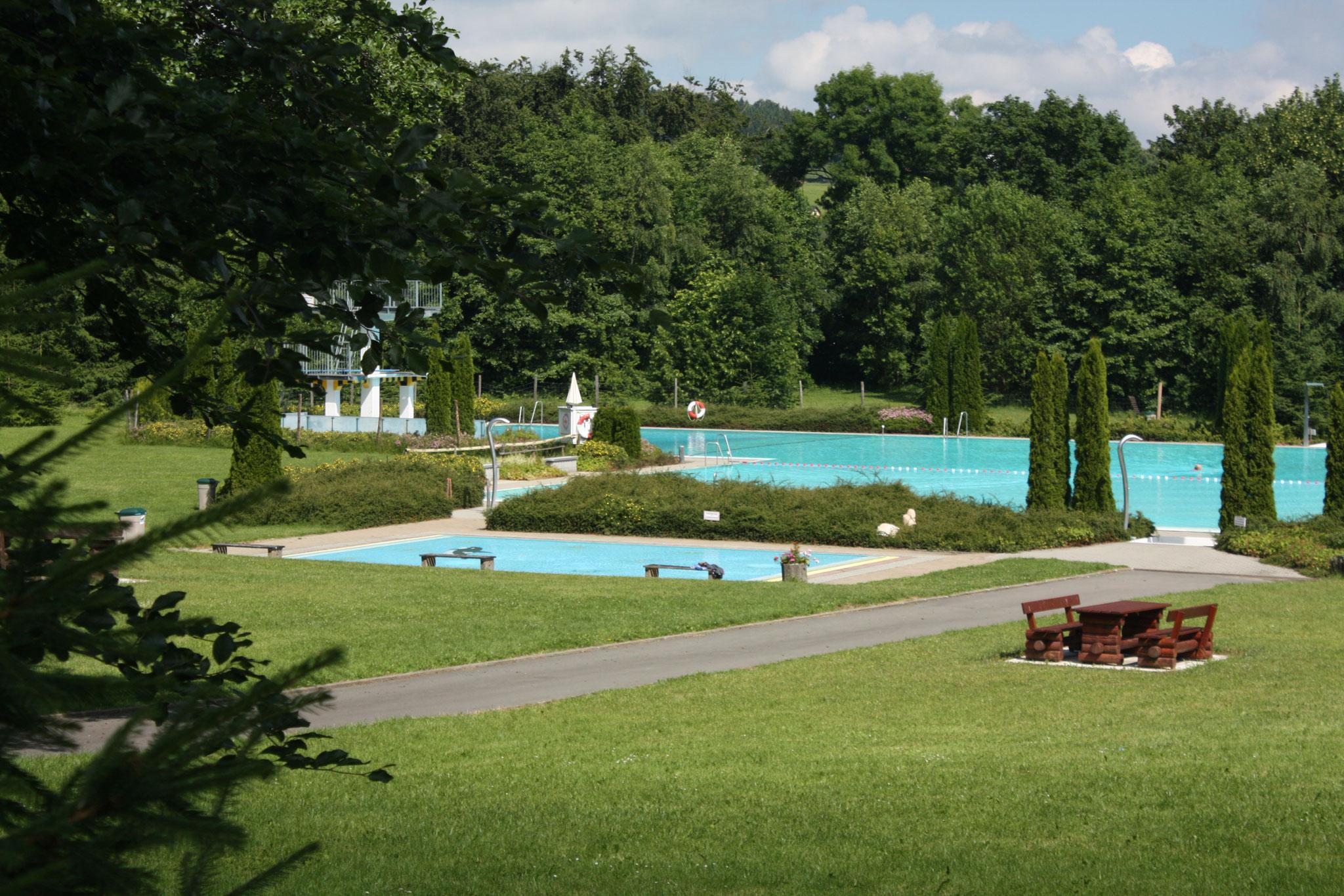 Das Schwimmbad mit Sprungturm 1 Meter, 3 Meter und 5 Meter