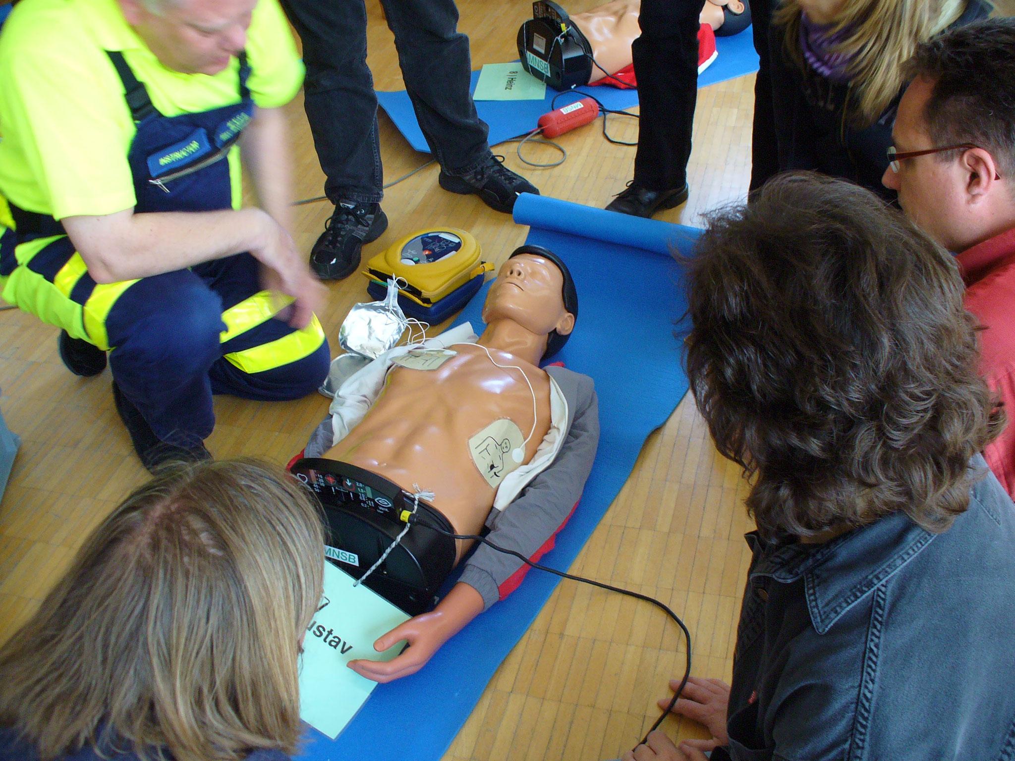 Eine andere Marke eines Defibrillators - auch wenn sie alle unterschiedlich aussehen - die Anwendung ist immer gleich