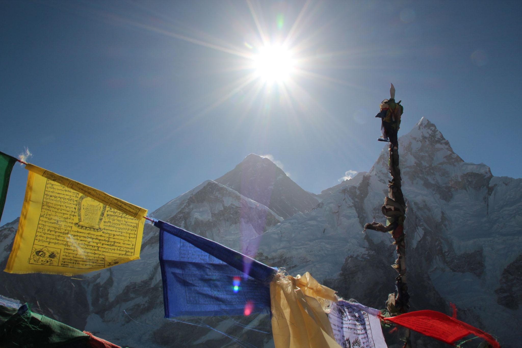 Nepal. Am Gipfel des Kala Pattar 2013 Gebetsfahnen im Wind.