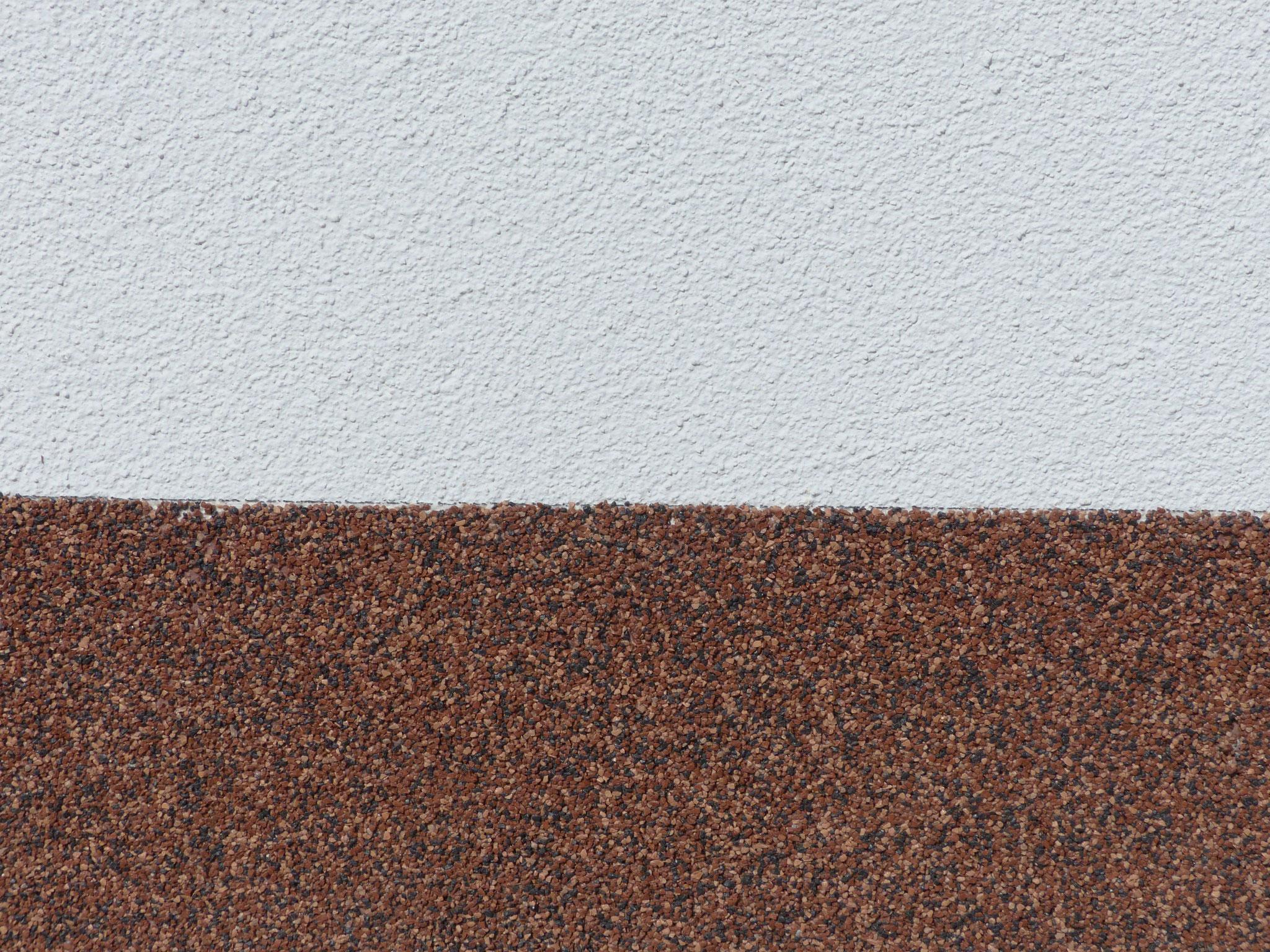 mineralischer Außenputz und Buntsteinputz im Sockelbereich