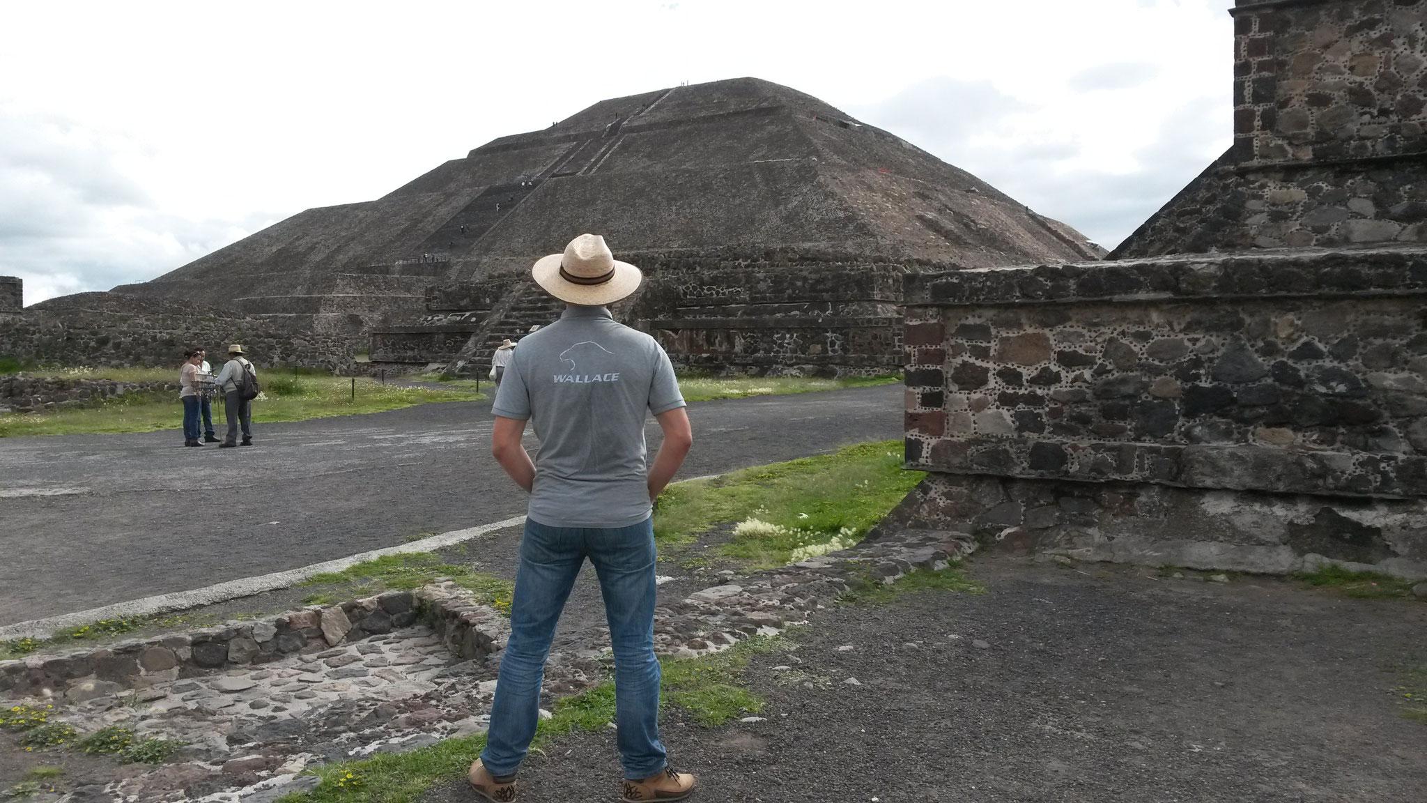 Livraison d'un SOFD à Irapuato (MEX), visite de Téotihuacan, on imagine les cérémonies ...