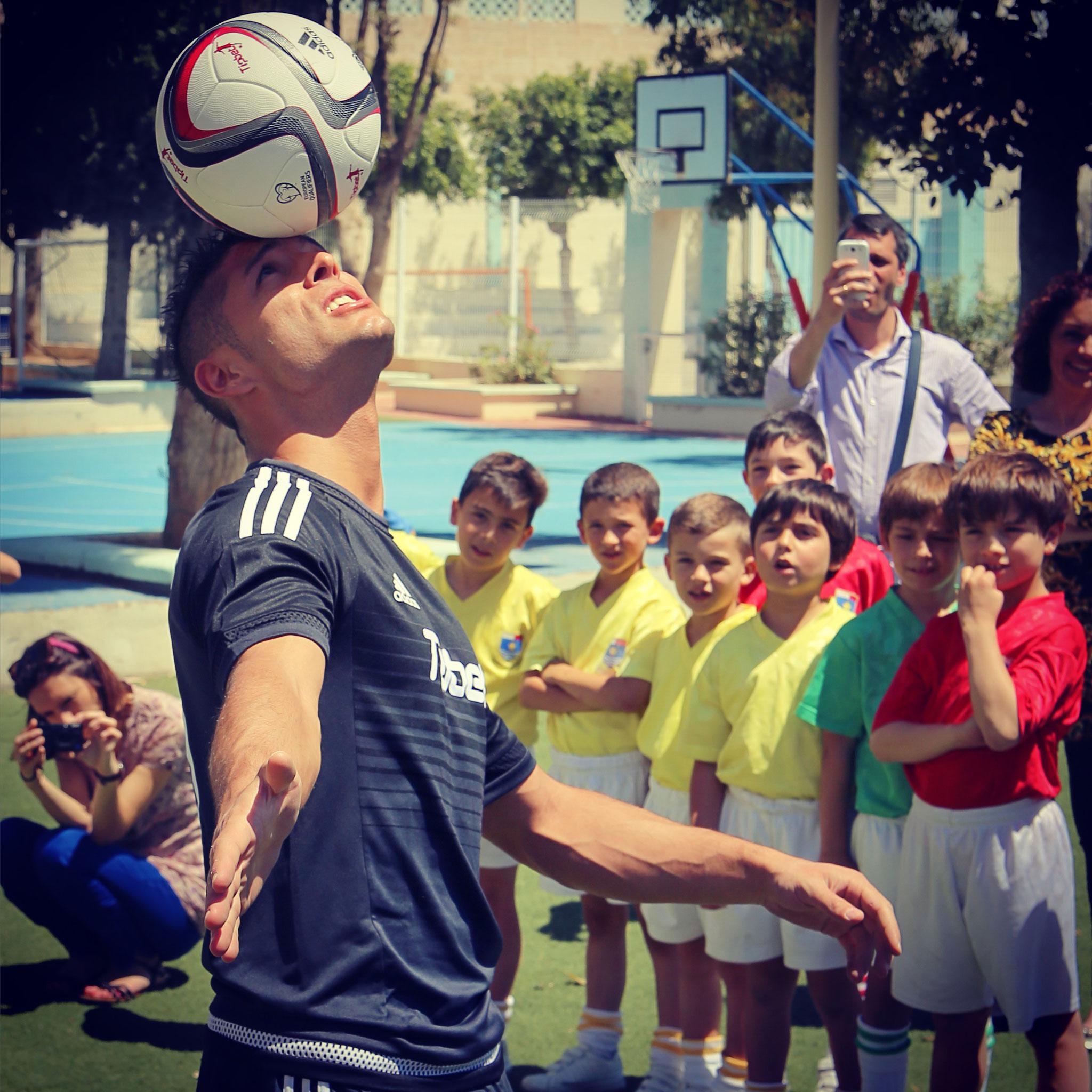 Fussball Freestyle Trick, den Ball mit dem Kopf balancieren