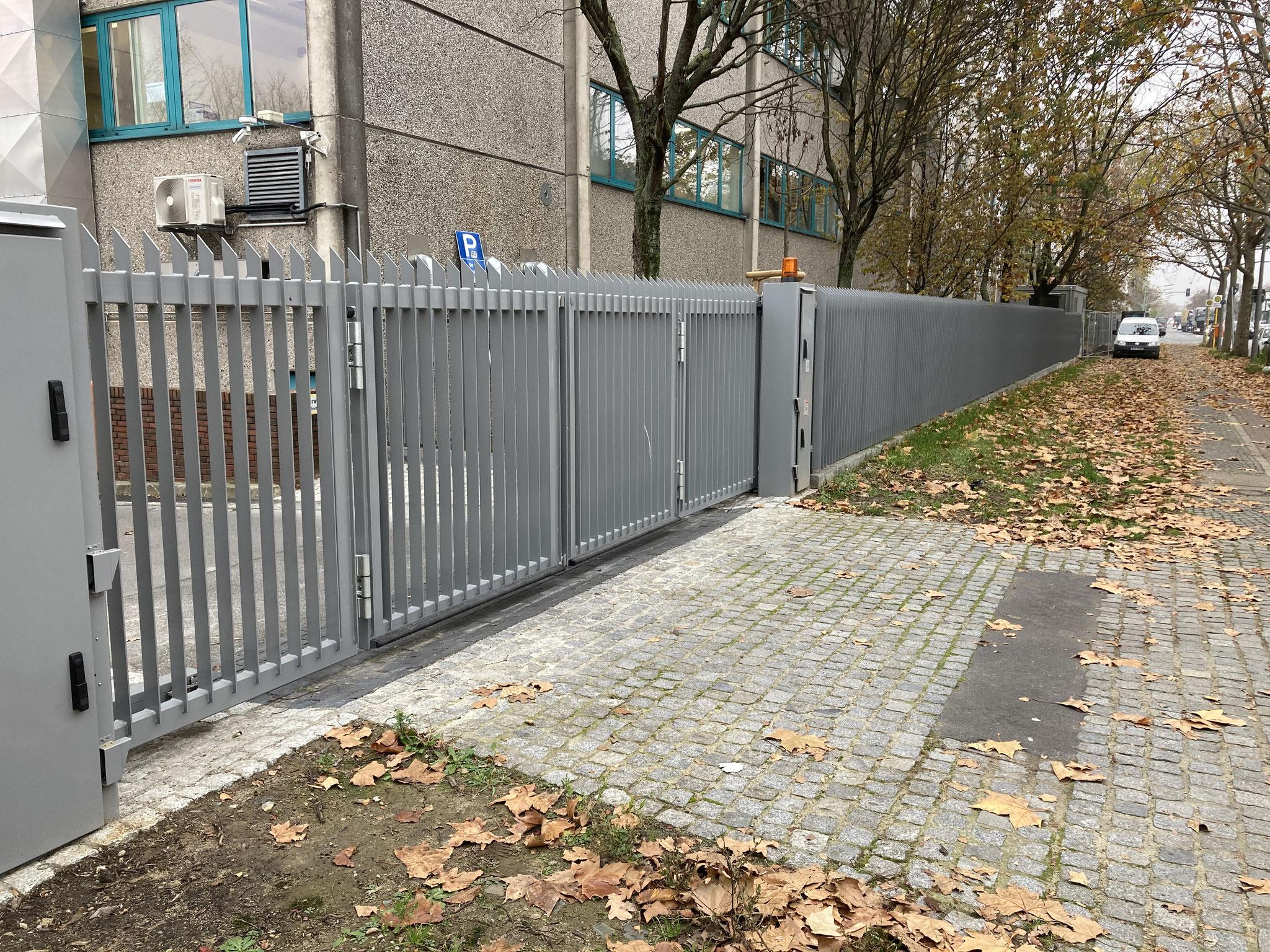 "Designzaun Model ""Tempelhofer Weg"" integrierte Faltflügeltore"