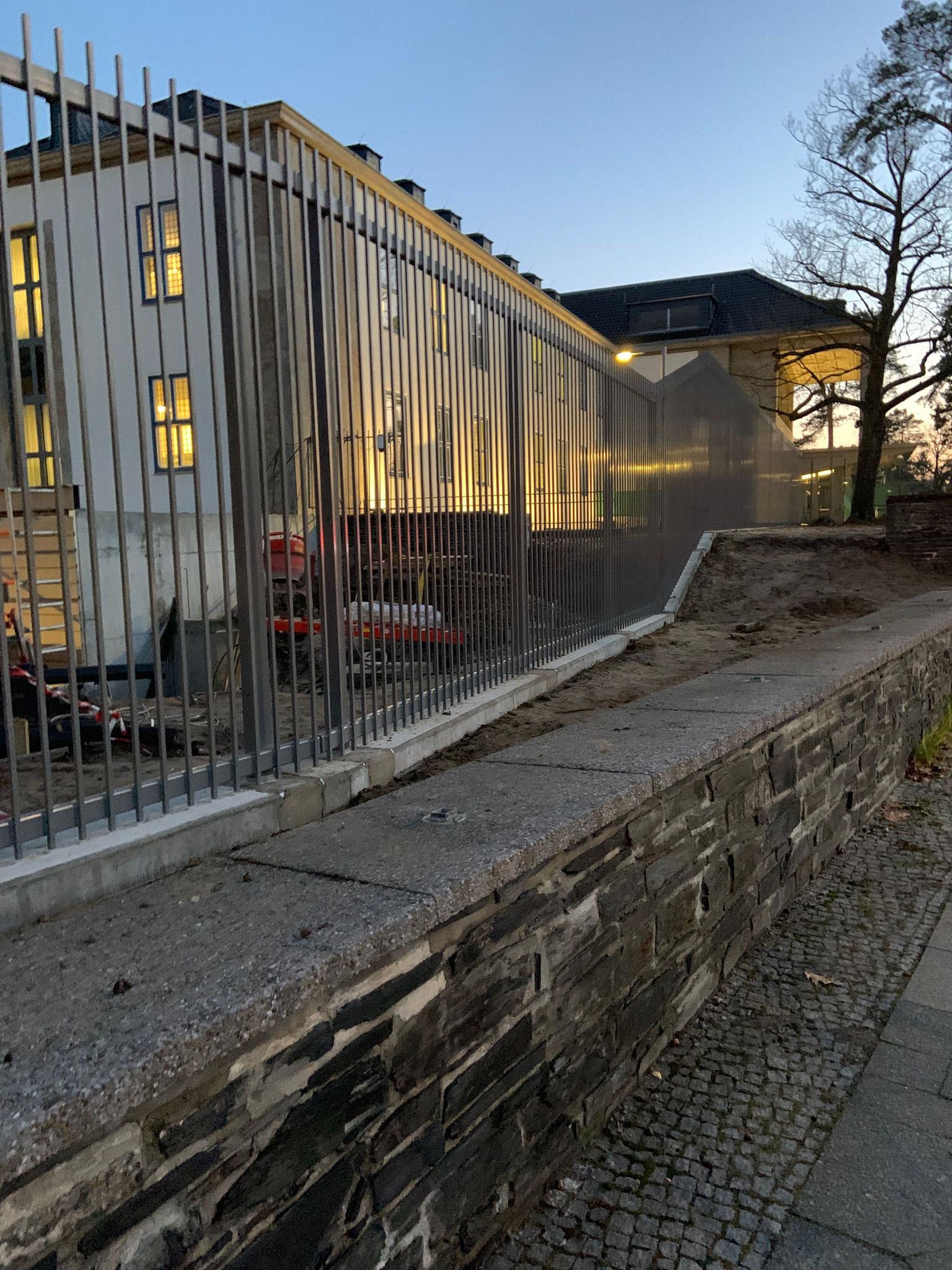 Sicherheitszaun nach Architektendesign für ein amerikanisches Konsulat