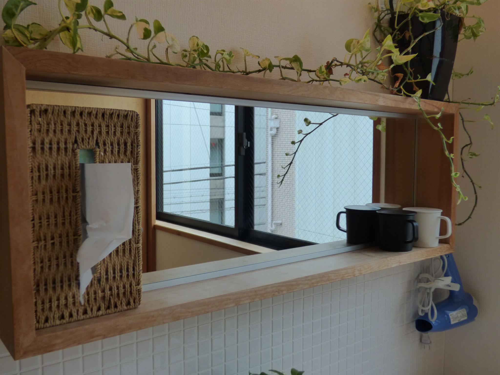 洗面台の鏡とコップ