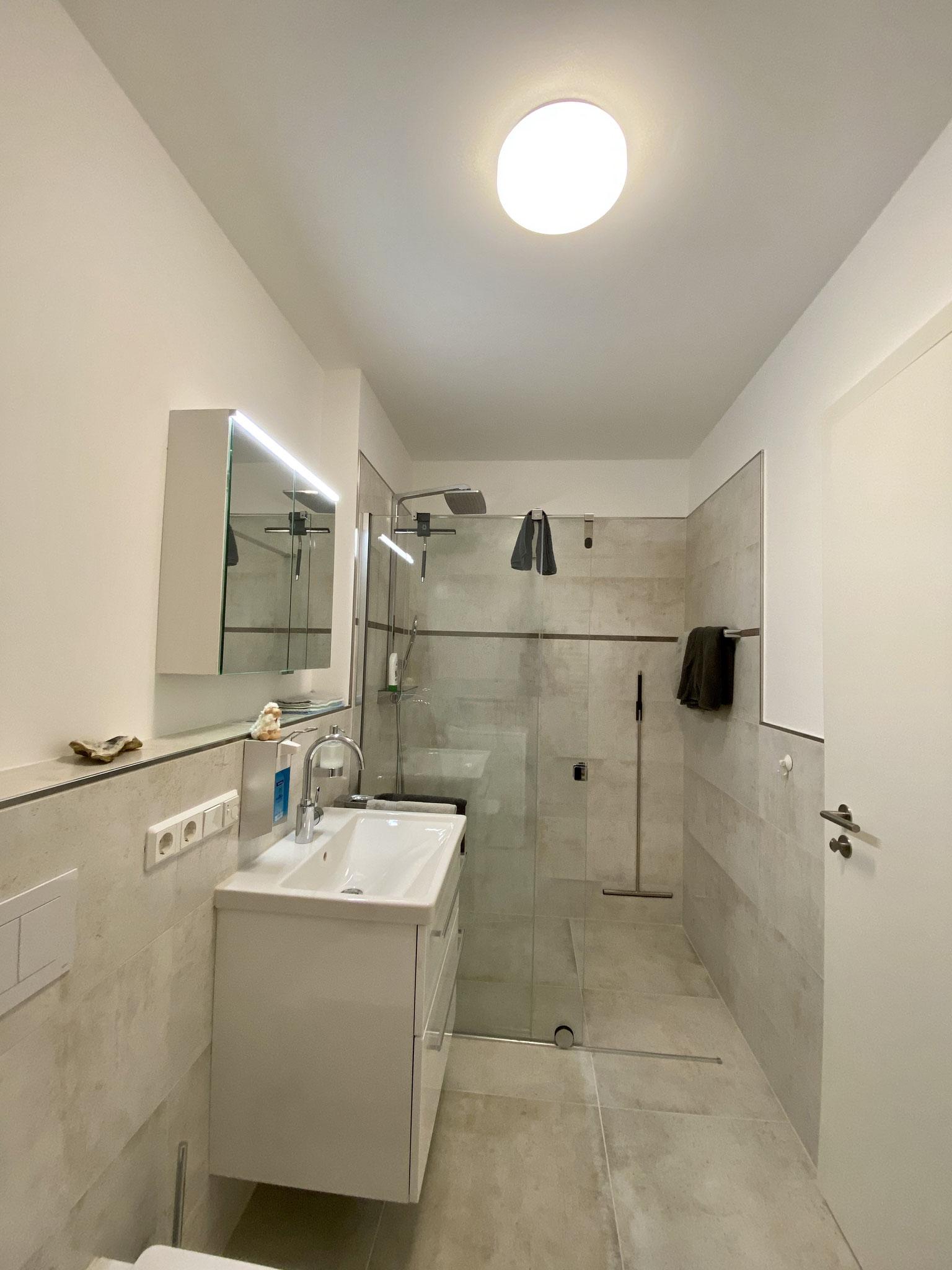 Modernes Duschbad mit Waschmaschine
