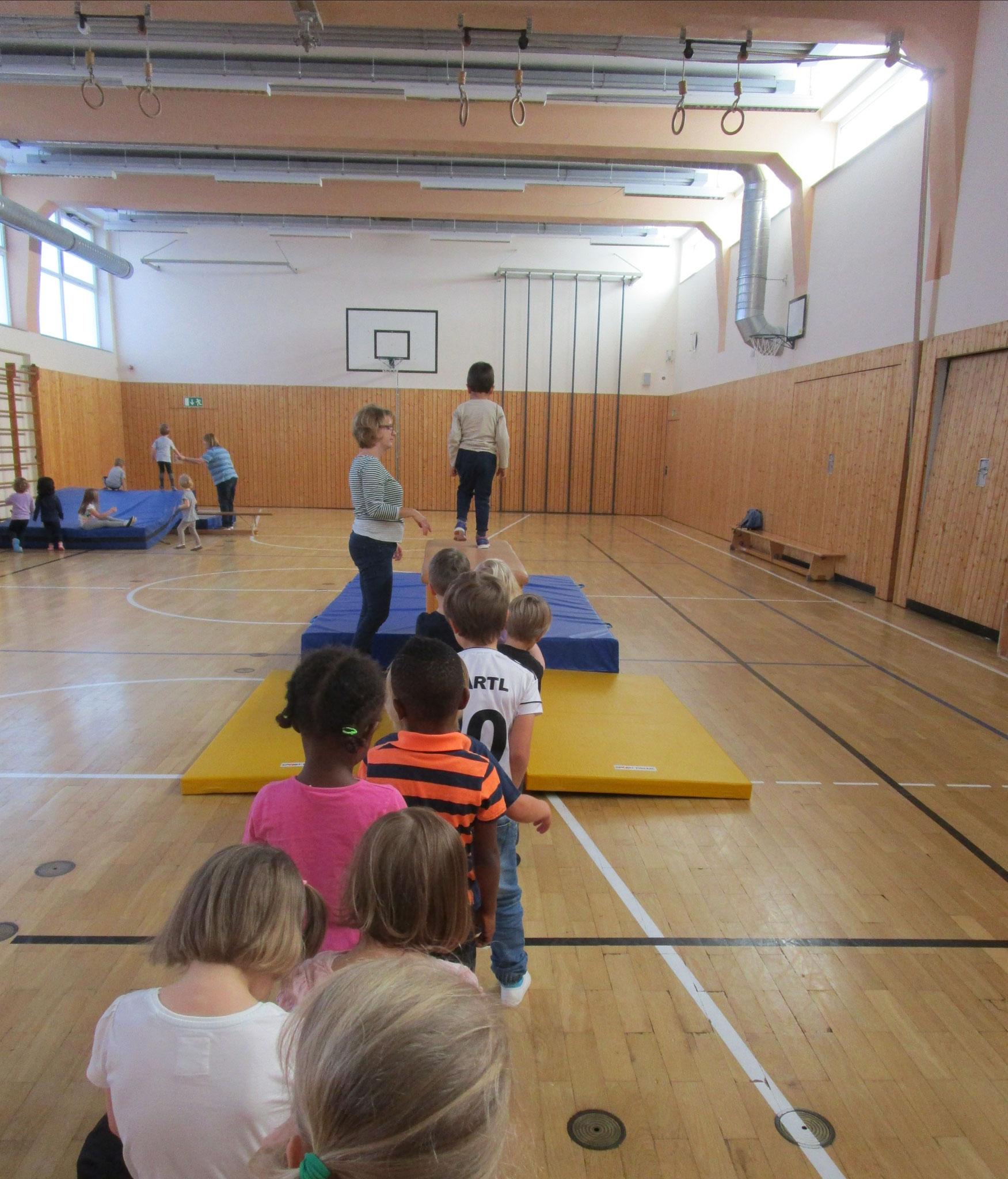Turnen in der großen Schulturnhalle
