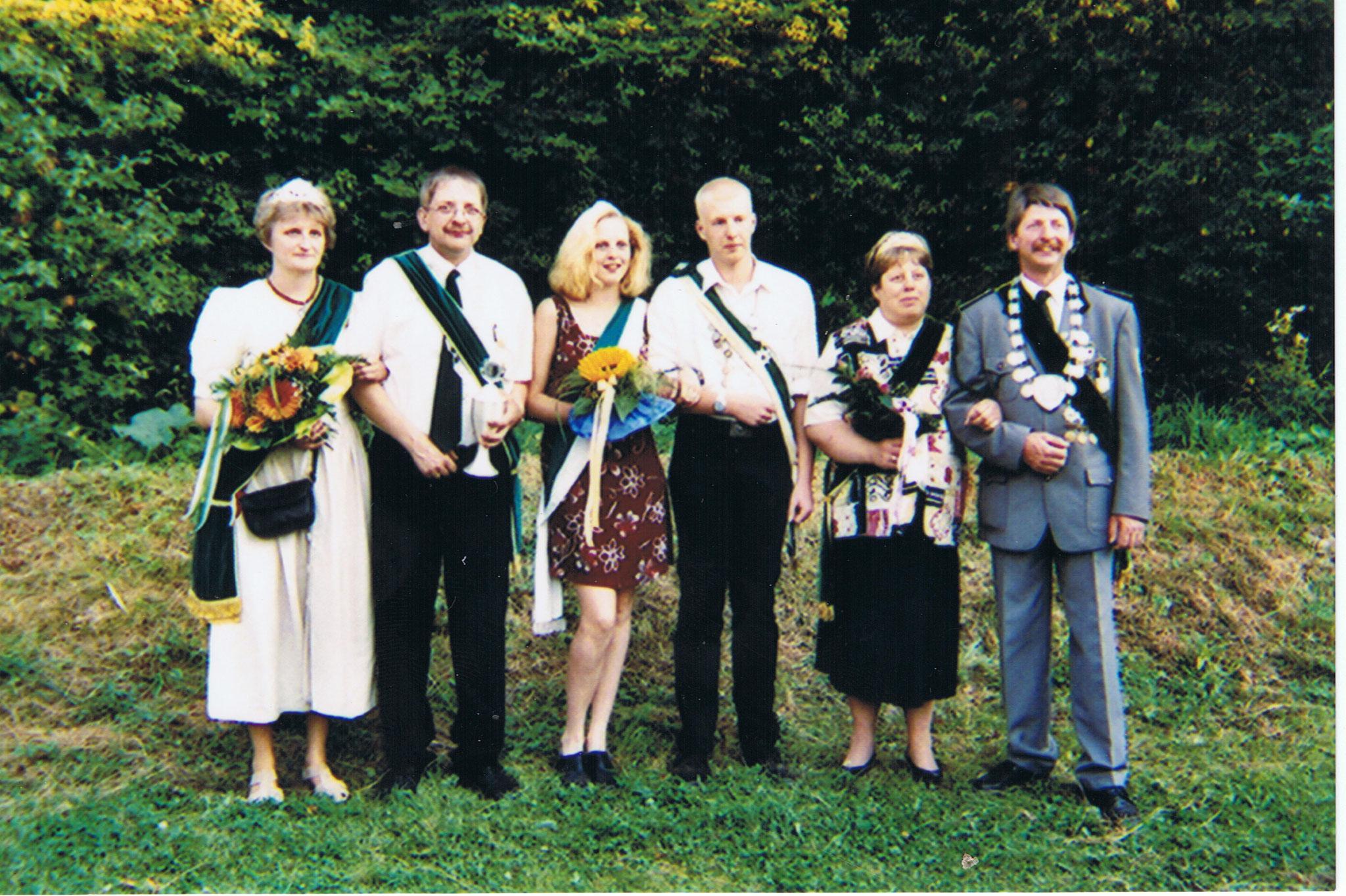 Majestäten im Jubiläumsjahr 1999: v.l.n.r. Steffi und Ludwig Amos (Jubelkönig 1999), Nadine Homrighausen und Sebastian Meister (Jugendkönigspaar), Doris und Heinrich Amos (Jubel- Kaiser)