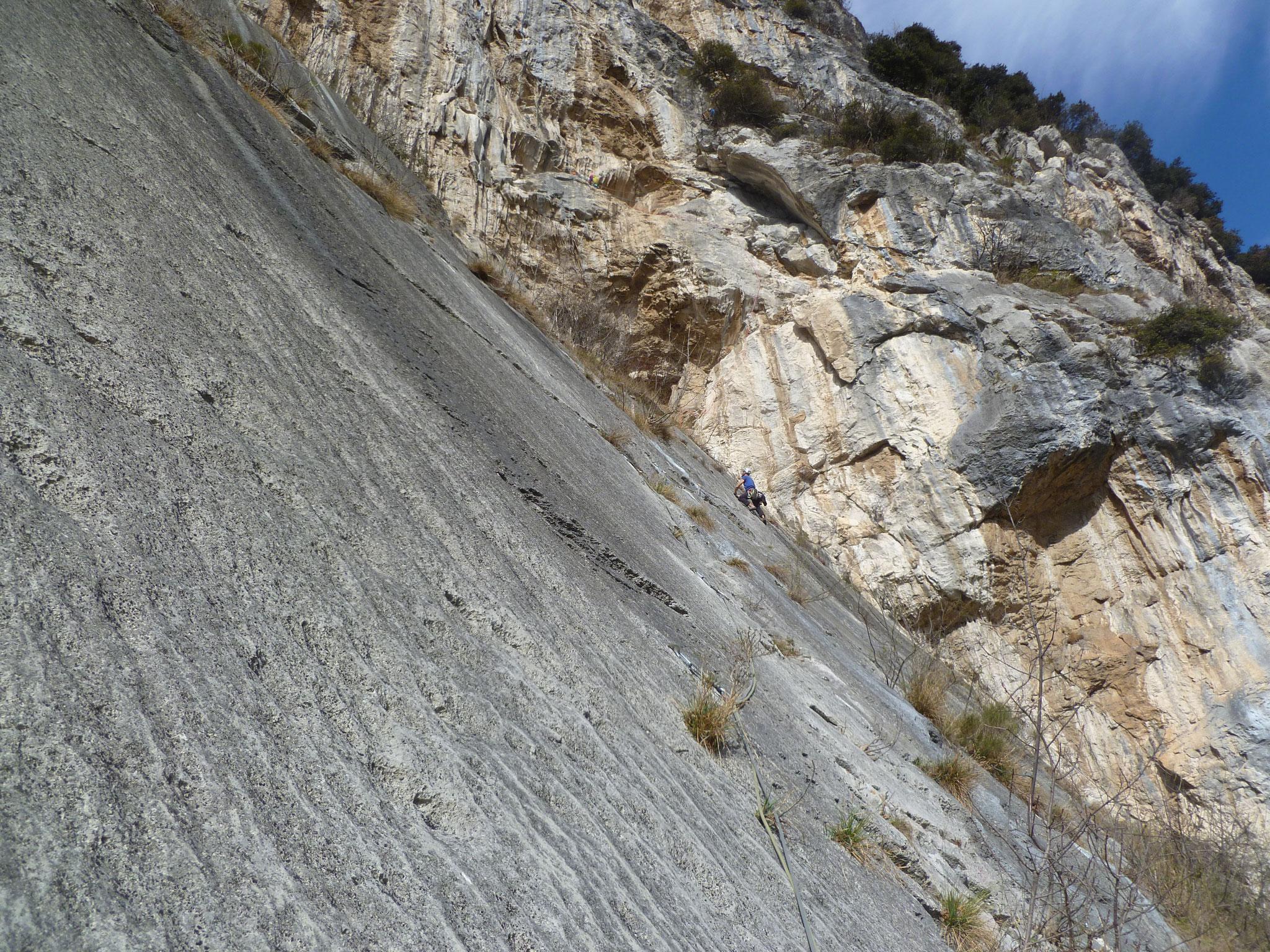 Sprinter´s Kampf gegen die Platten. Wer zoomt sieht auch die anderen 3 Kletterer und den Verlauf der nächsten Längen.