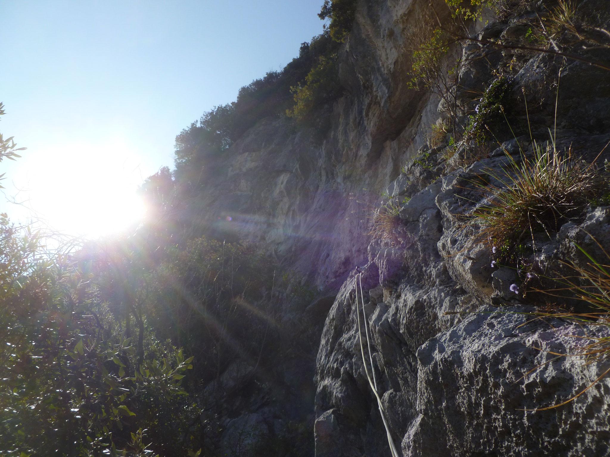 Hier trennen sich die Wege: schöner Quergang, weiter drüben startet der alpine Ausstieg