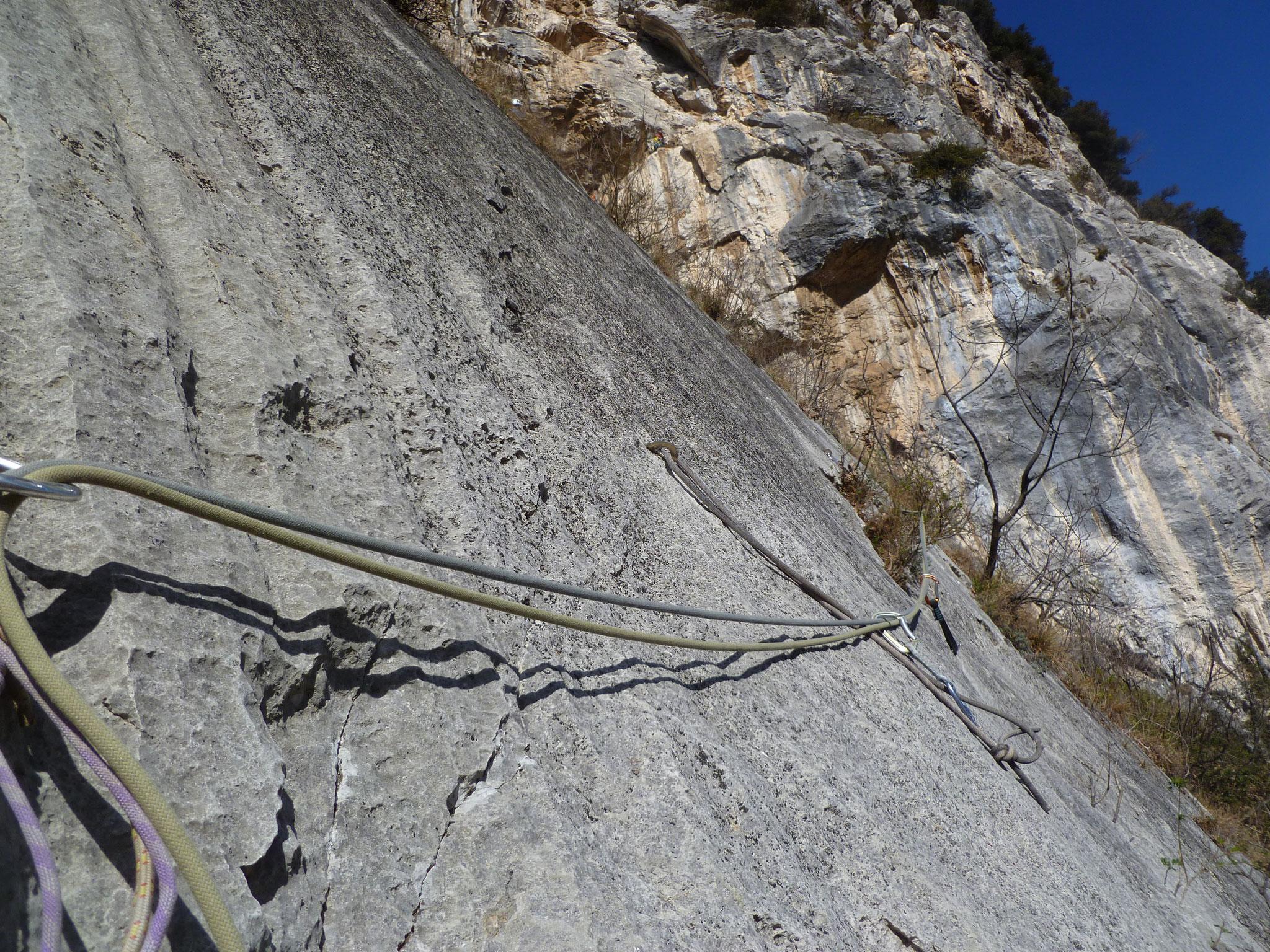 Die 7er Stelle mit Seil am Beginn der 3. Länge