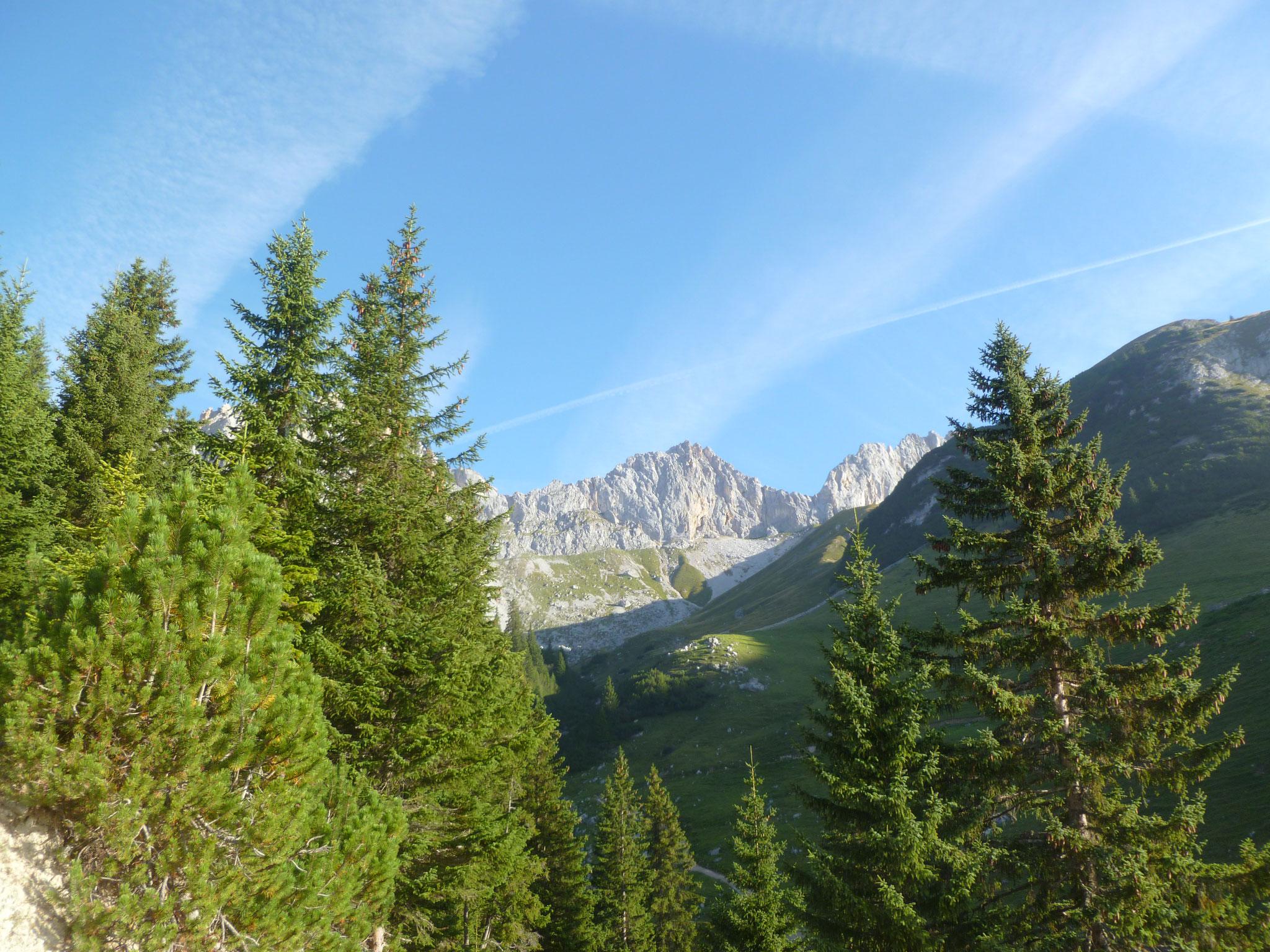 Beim Zustieg - tolle Gegend, ganz hinten die Scharnitzspitze