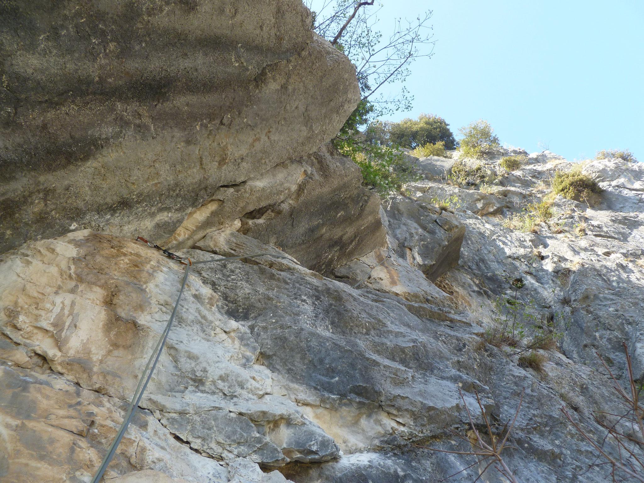 Nicht so ohne: Rissverschneidung gepaart mit glattem Fels in der 9. Länge