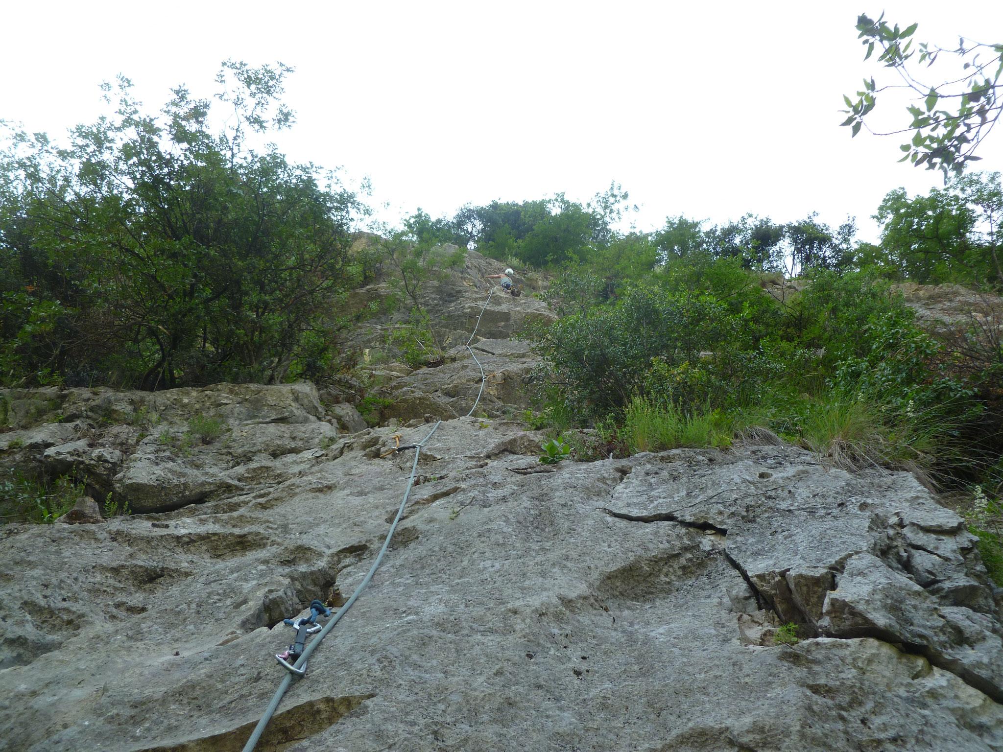 Die zweite Länge: steil mit reichlich Griffen und einem kurzen Überhang