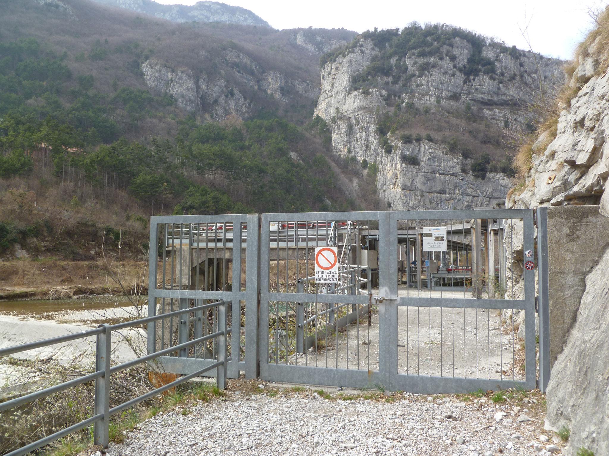 """Start vor der Absperrung (von der Mauer startet die """"Orizzonti"""")..."""