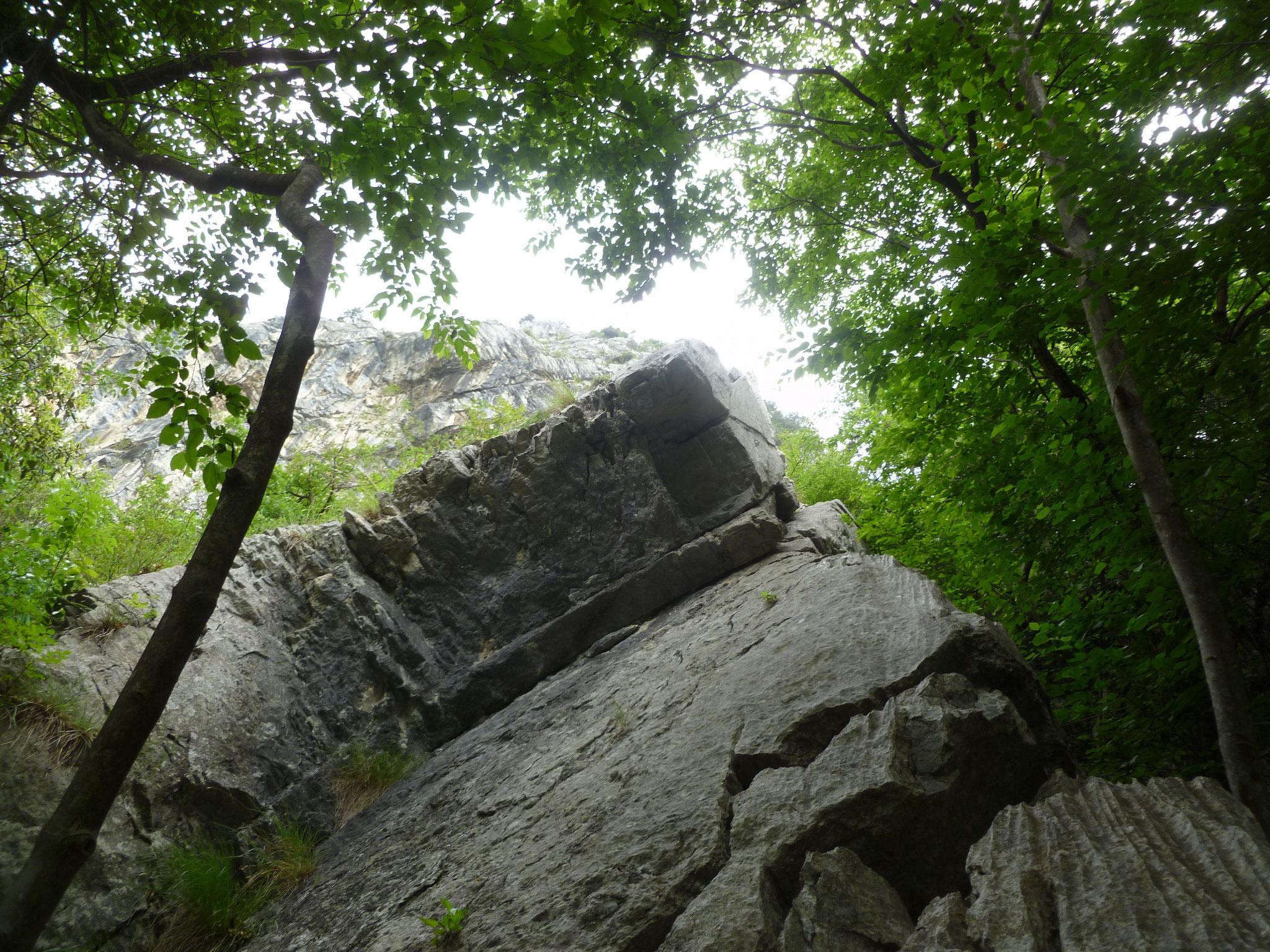 Der Einstieg (rechts am Überhang vorbei)