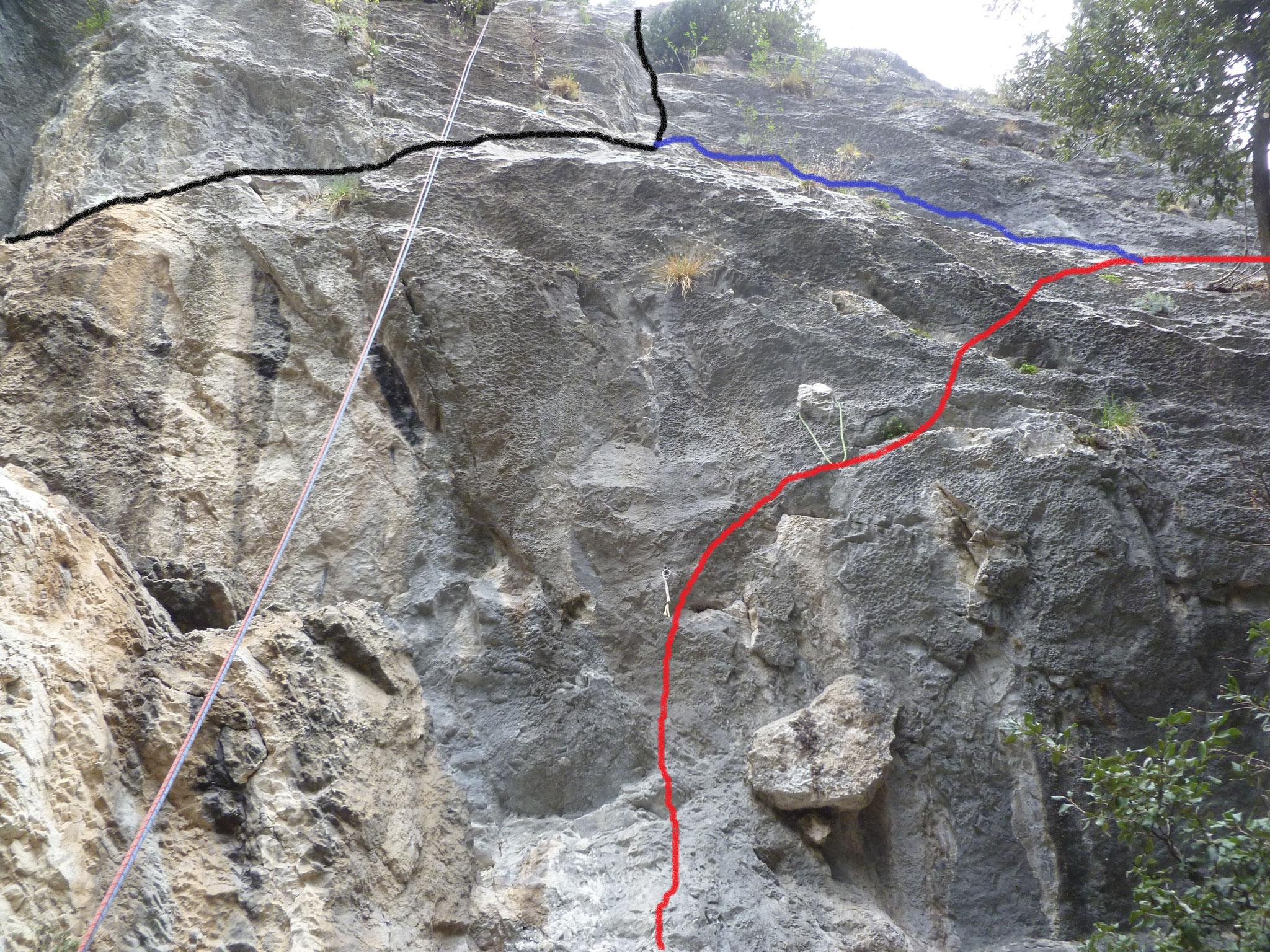 """malerische Veranschaulichung unseres adaptierten Einstiegs: in rot der """"athletische"""" Einstieg der Hades, in schwarz die """"Helena"""", in blau die Verbindungstraverse"""