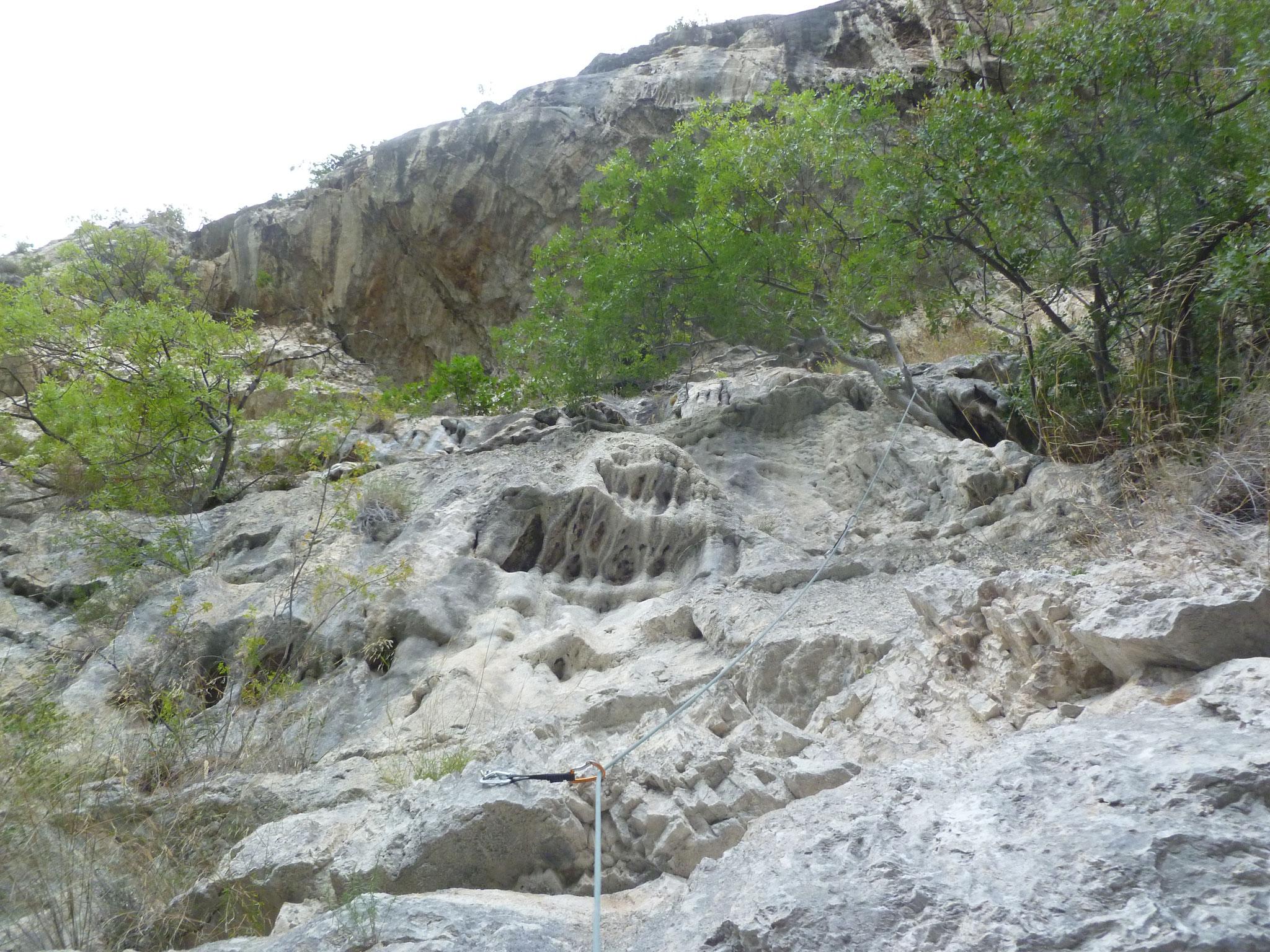 Die erste Länge: interessanter Fels, oben der bedrohliche Überhang