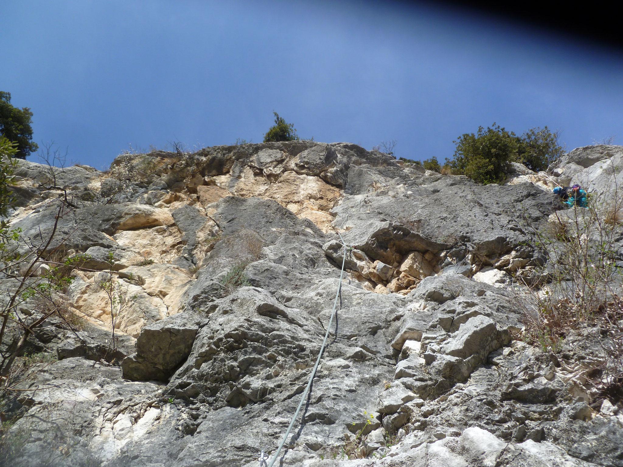 """Die zweite Länge, in direkter Nachbarschaft die """"Lecciomania"""" (Kletterer rechts)"""