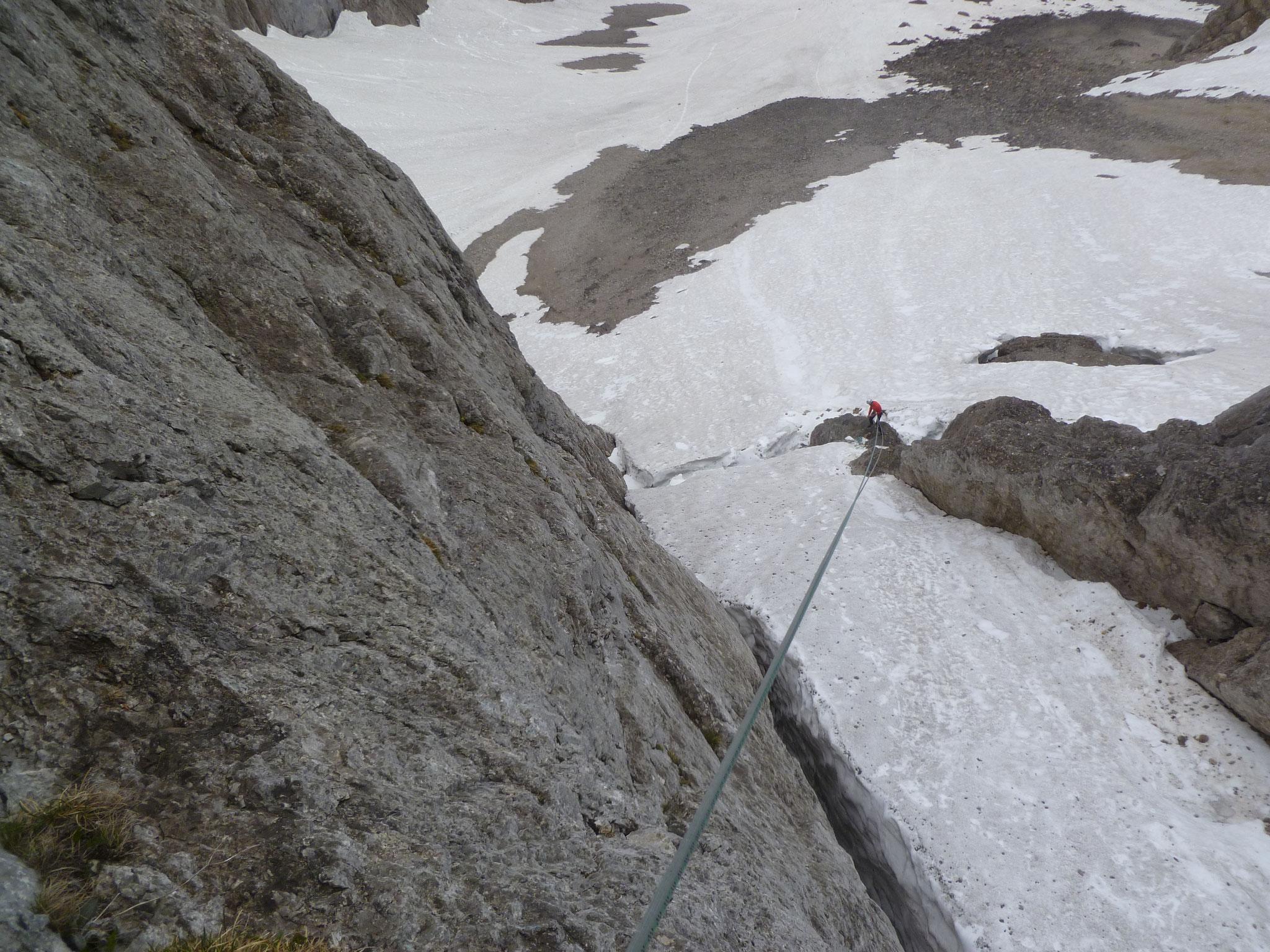 Am Ende lohnt es sich vom letzten Stand einen langen Abseiler über das Schneefeld zu machen...