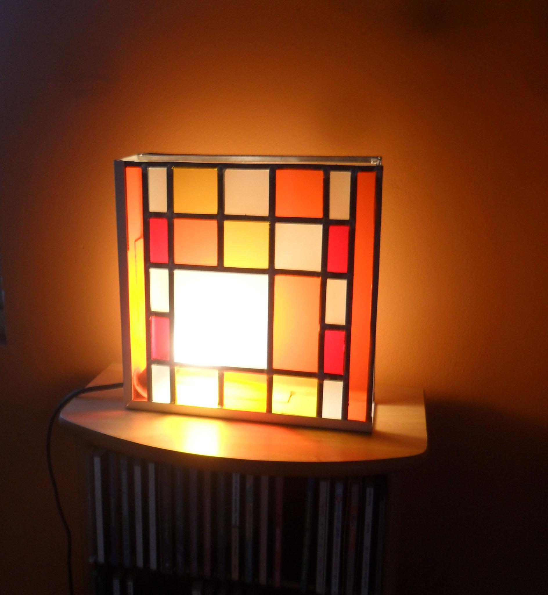 Lampe coordonnée au vitrail géométrique