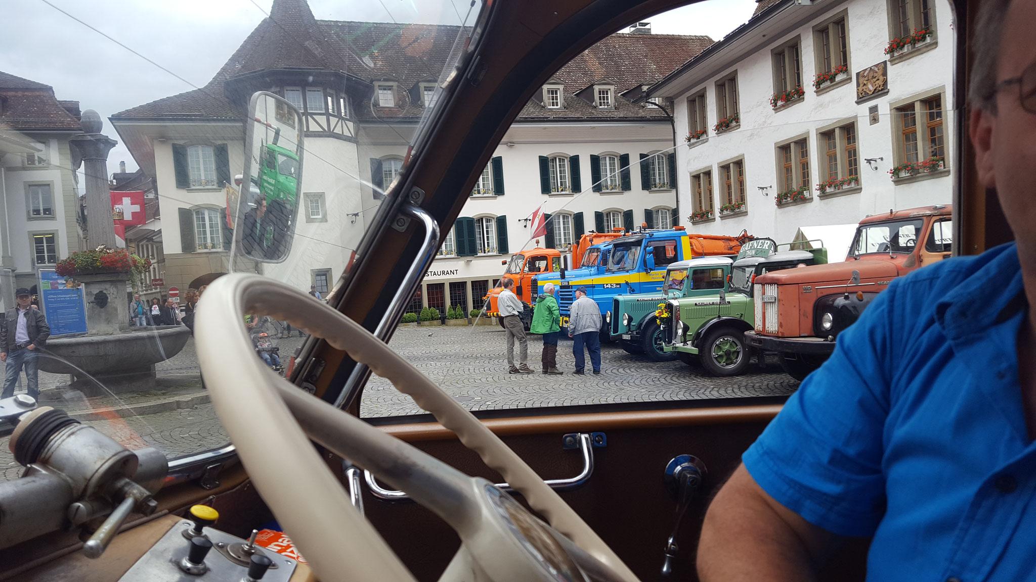 Parade von Oldtimer-Lastwagen auf dem Rathausplatz Thun
