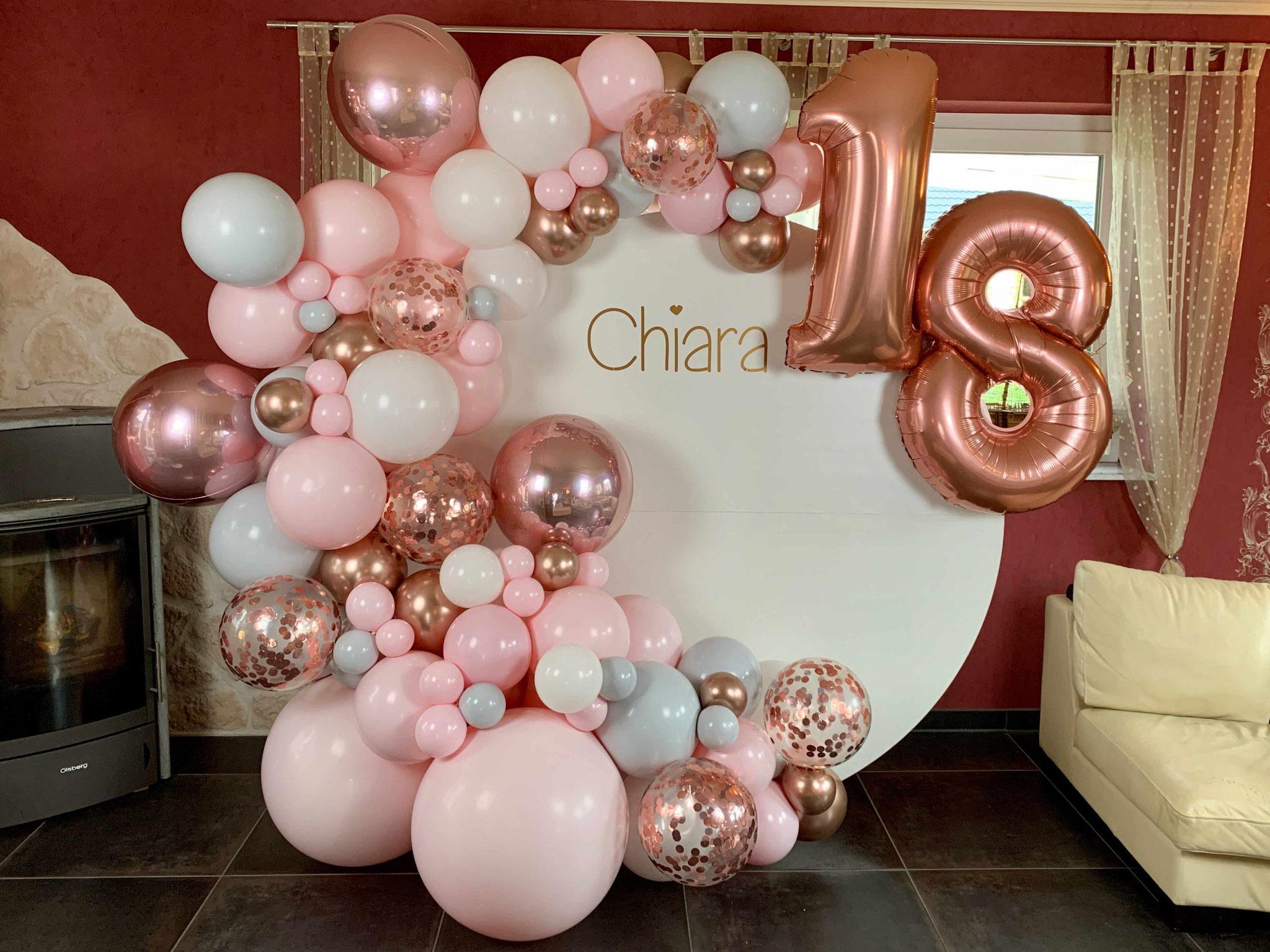 Scheibe mit Luftballons dekoriert zum 18. Geburtstag
