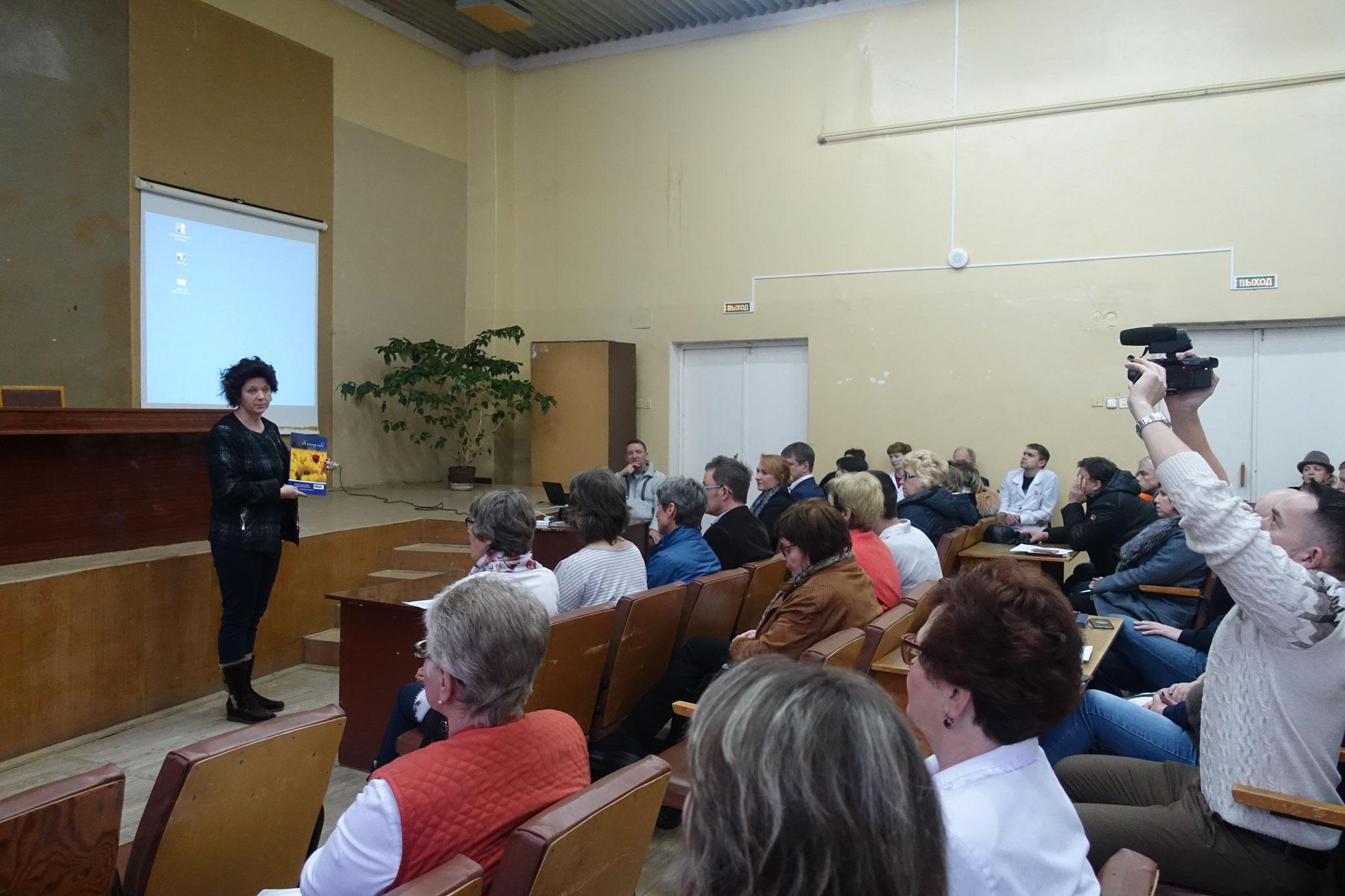 Präsentation der Handreichung vor dem Ärzte und Mitarbeiterteam im Auditorium der der Poliklinik