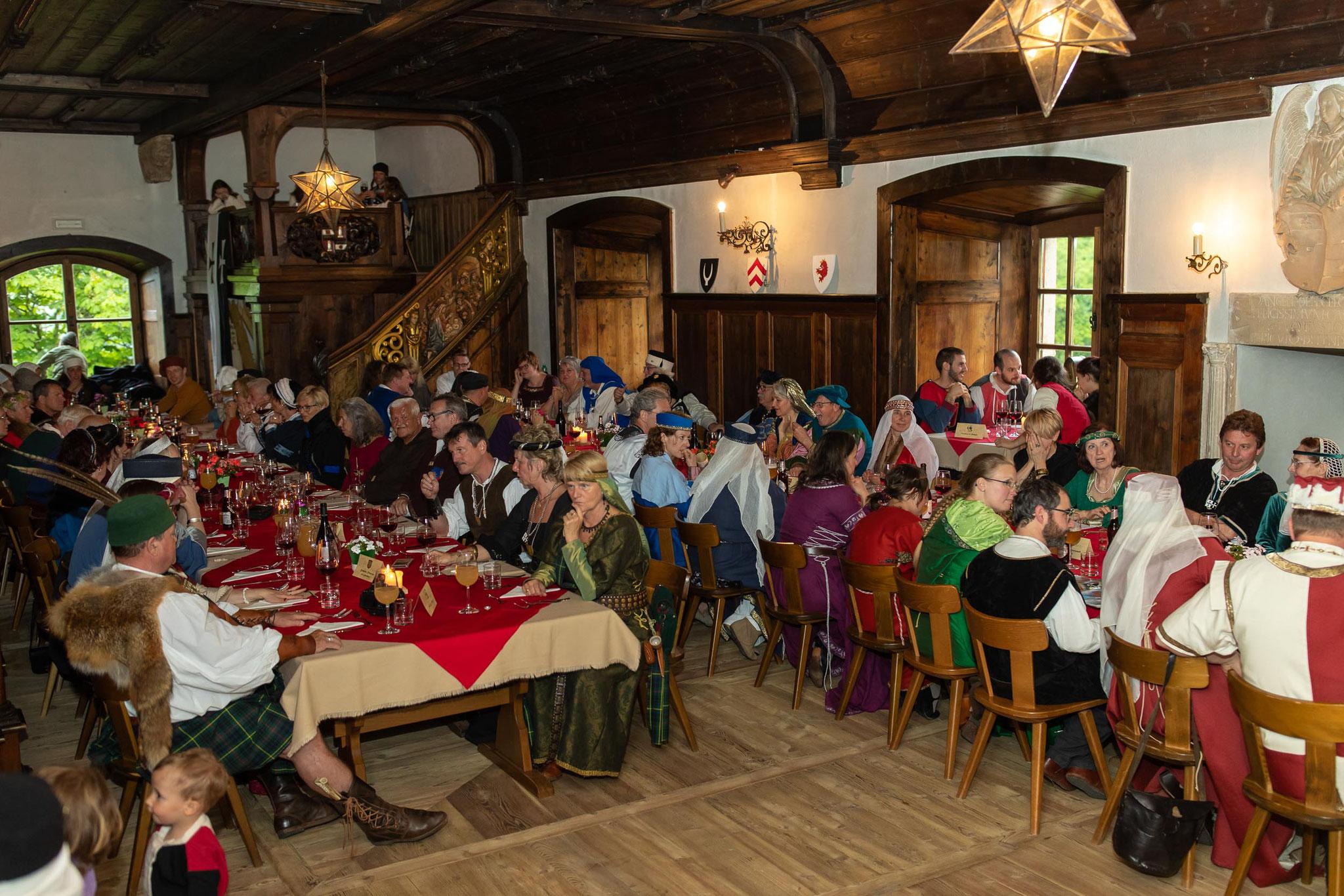 Gefüllter Rittersaal