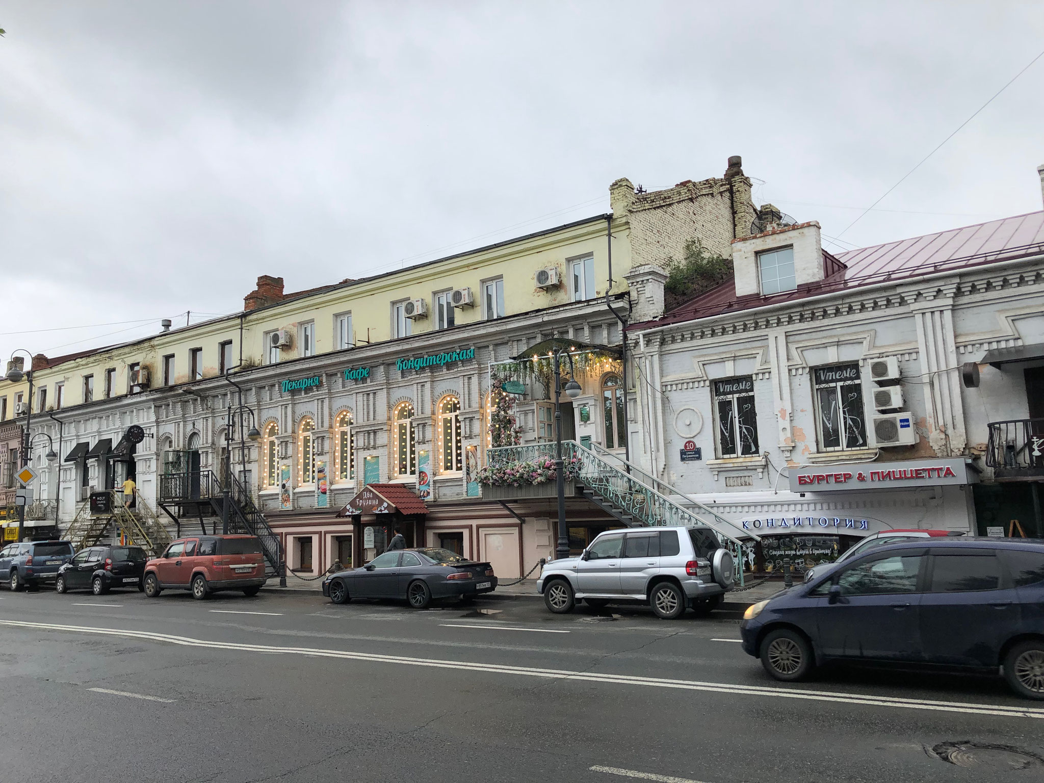 ウラジオストクの街の様子  -古い建物も大切に保存され、おしゃれなカフェやショップが店舗として入っています-