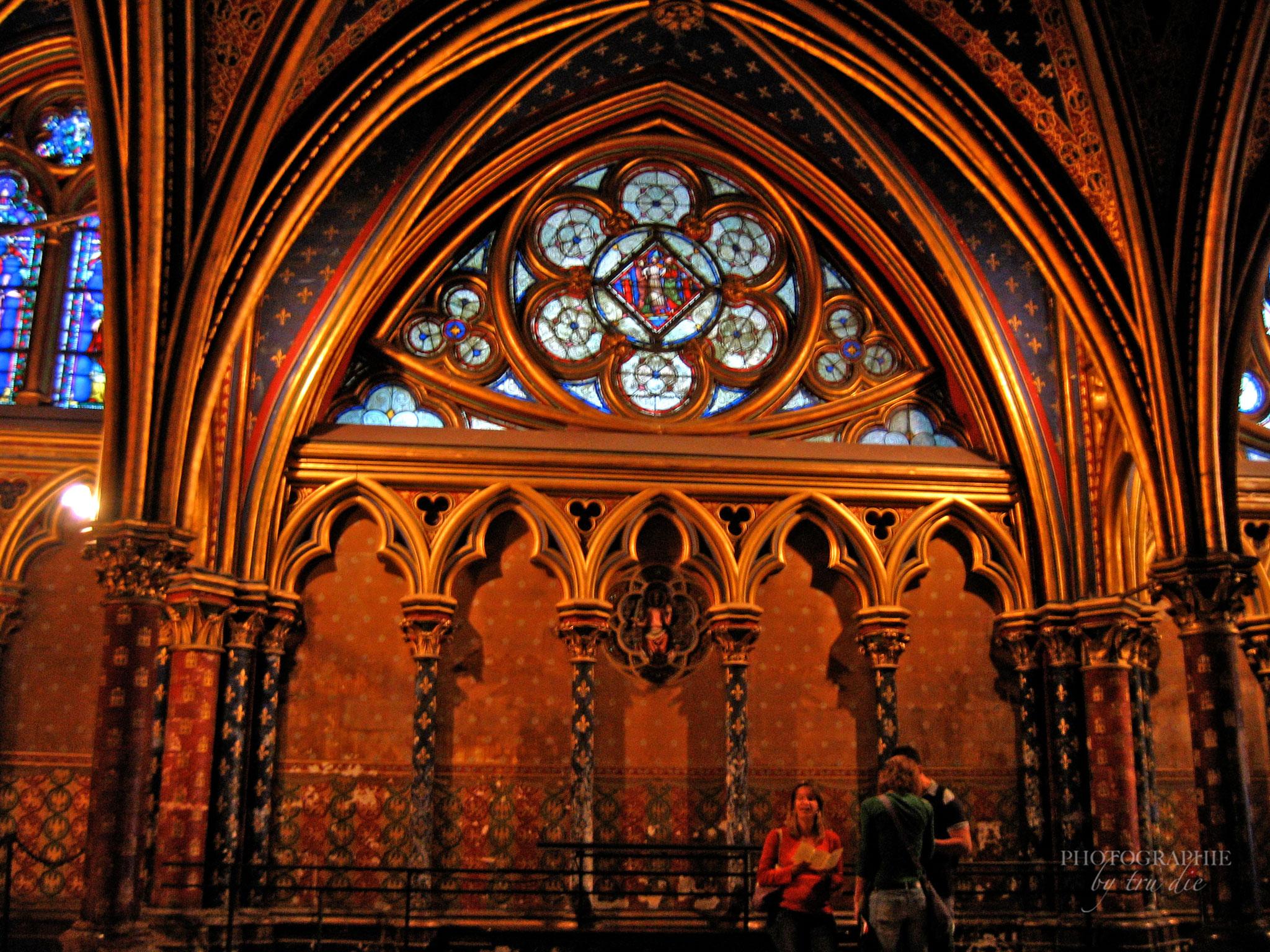 Bild: Buntglasfenster in der Unterkirche von Sainte-Chapelle in Paris