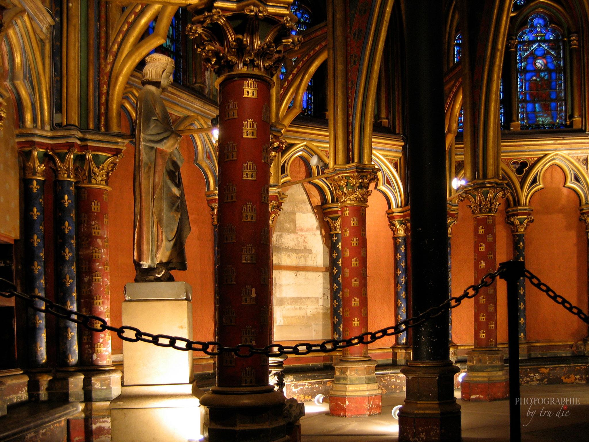 Bild: Statue von König Ludwig IX. in Unterkirche von Sainte-Chapelle in Paris
